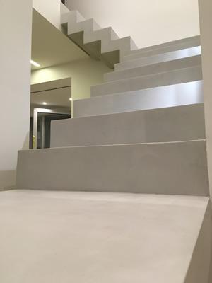 béton ciré gris cendré sur escalier