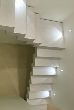 vue plongeante sur escalier béton ciré