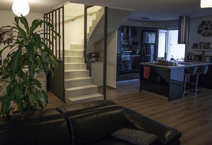 Vue d'ensemble d'un escalier béton très bien inséré dans une pièce à vivre