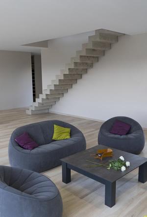 Un escalier en béton qui s'intègre joliment dans un salon