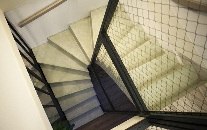 Vue de dessus d'un magnifique escalier deux quart tournant