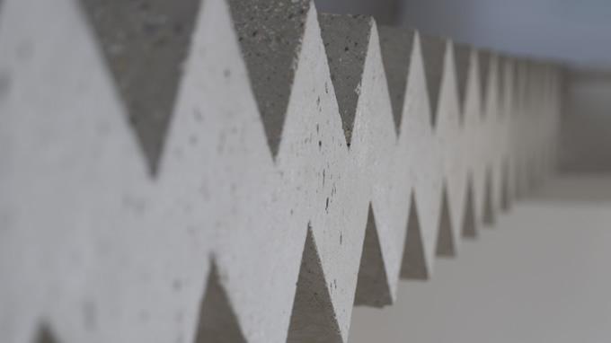 Gros plan sur la joue en béton brut d'un escalier à crémaillère