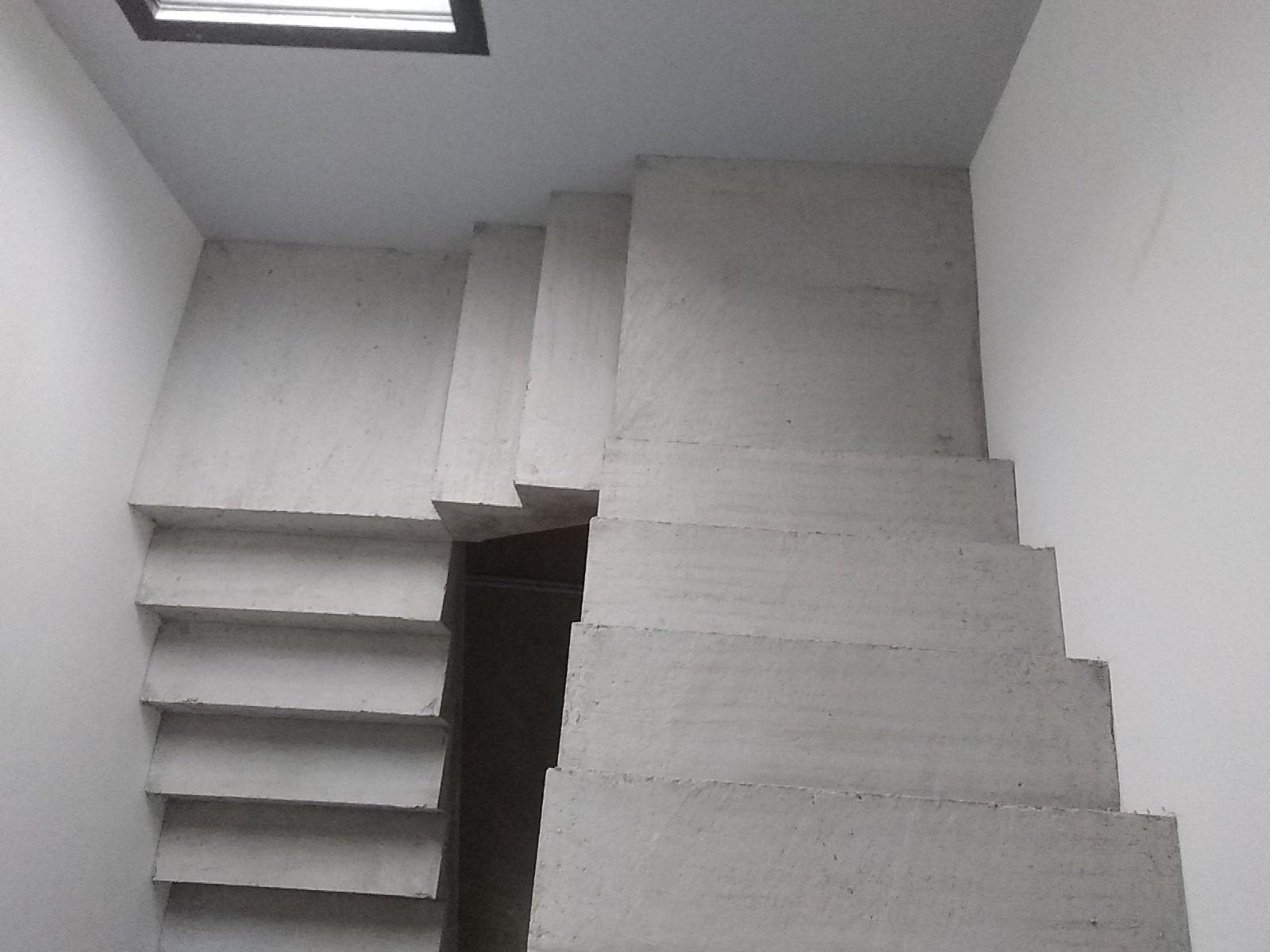 3 volées droites et deux paliers intermédiaires composent cet escalier en béton