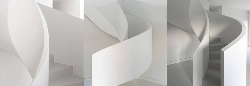 Escalier béton hélicoïdal avec garde-corps intérieur et extérieur en béton plâtré dans le Gard à Uzes