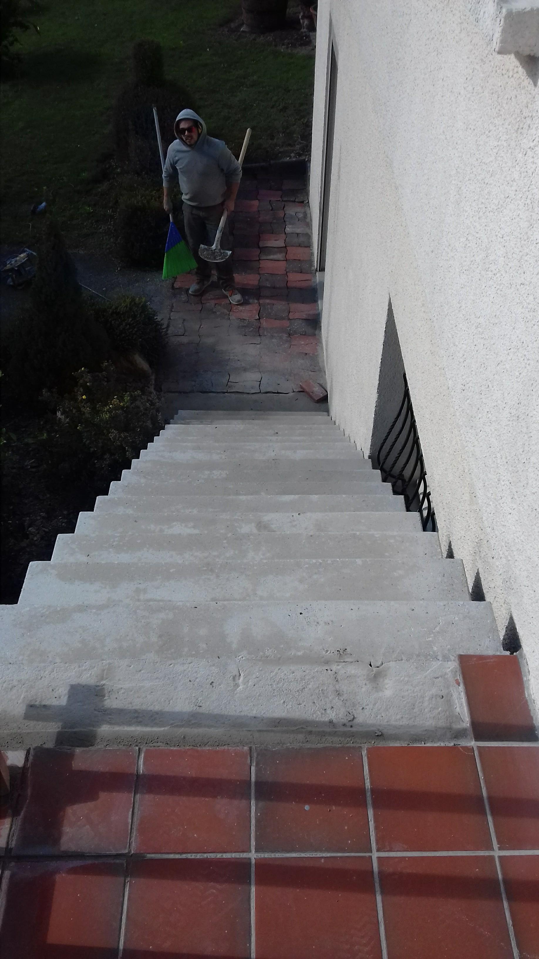 remarquable escalier à paillasse sur mesure en béton brut de décoffrage  à Mazamet dans le département du Tarn. La rapidité des coffrage Scal in permet d accéder rapidement à l étage en deux jours maximum de coffrage et de coulage du béton, escalier accessible dès le lendemain du coulage.  pour un particulier