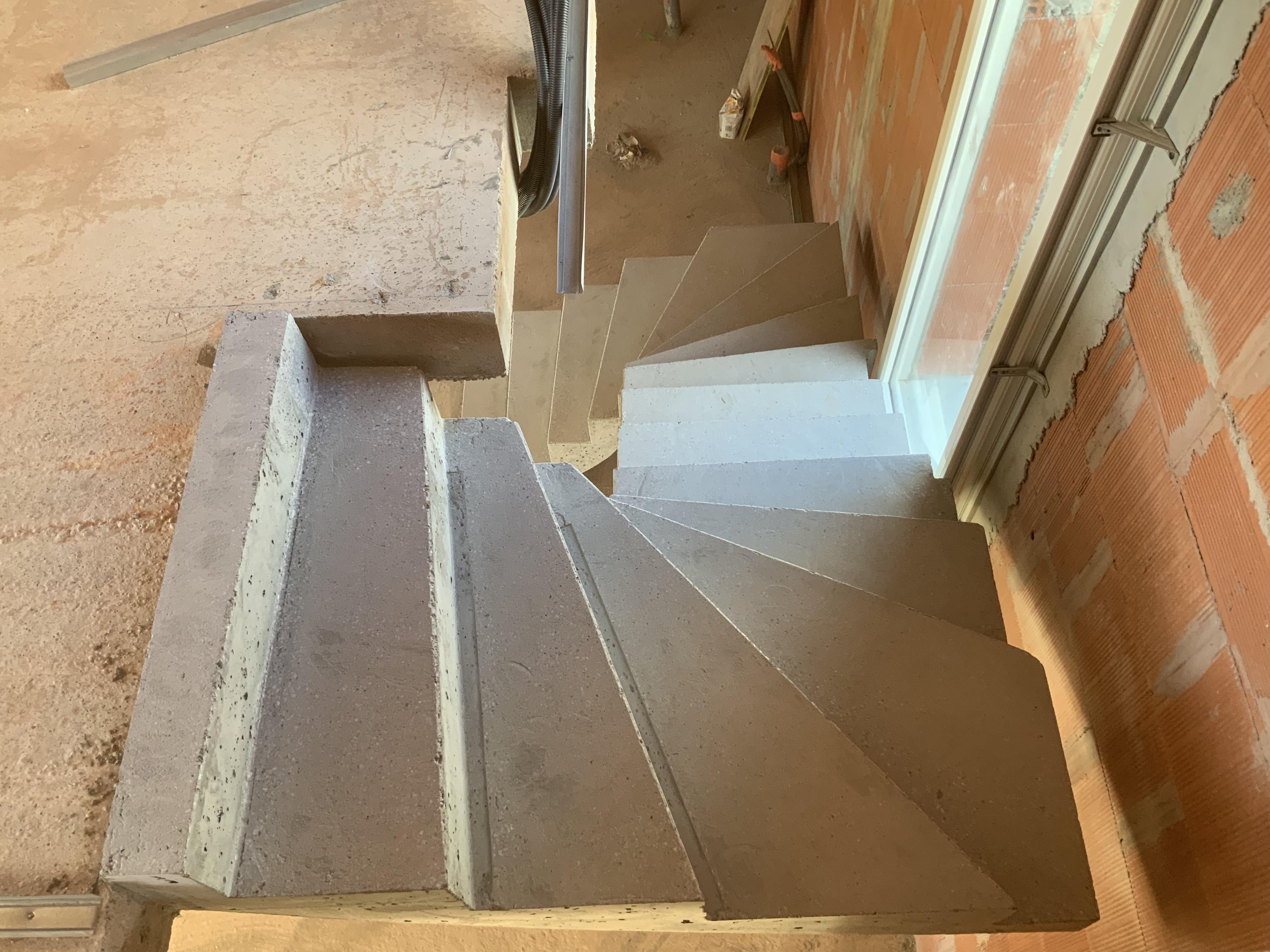 Arrivée de l'escalier béton avec son talon de dernière contremarche pour recevoir un béton ciré