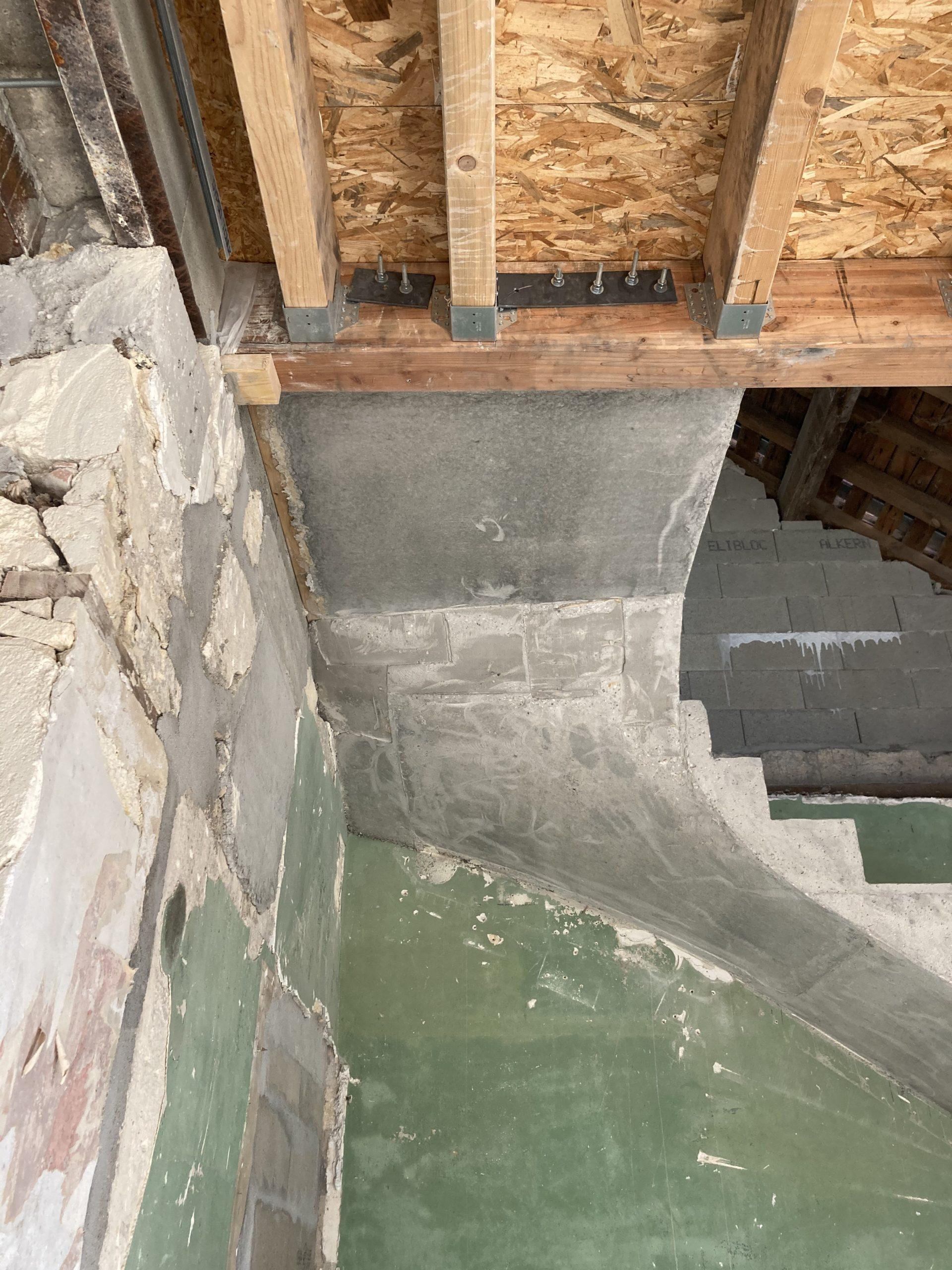 Arrivée de l escalier béton sur plancher bois