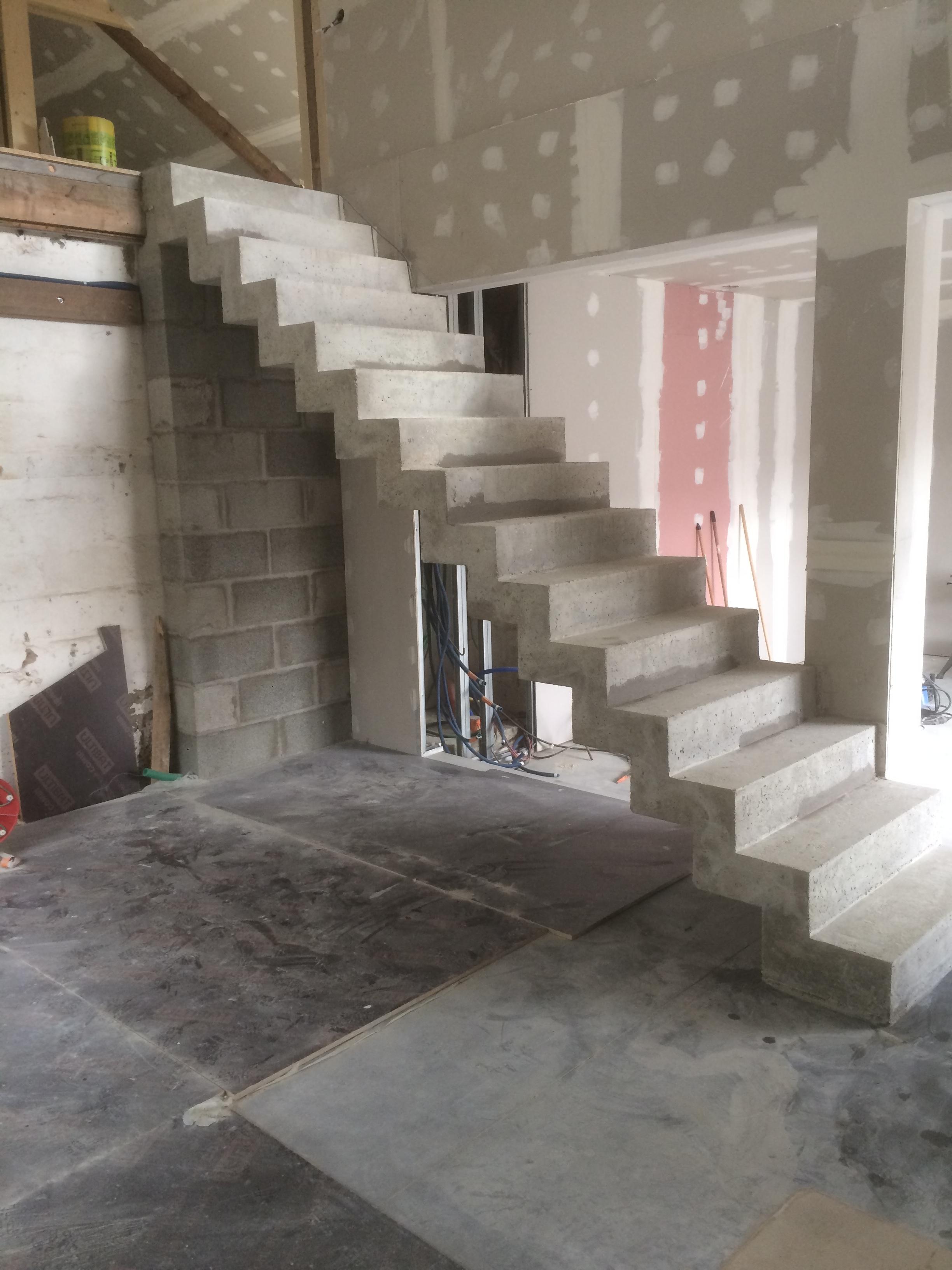 audacieuse volée droite  d'un escalier crémaillère en béton brut de décoffrage  à Pornic dans l ouest de la France dans la région du Pays de la loire dans le département Loire Atlantique.  pour un particulier