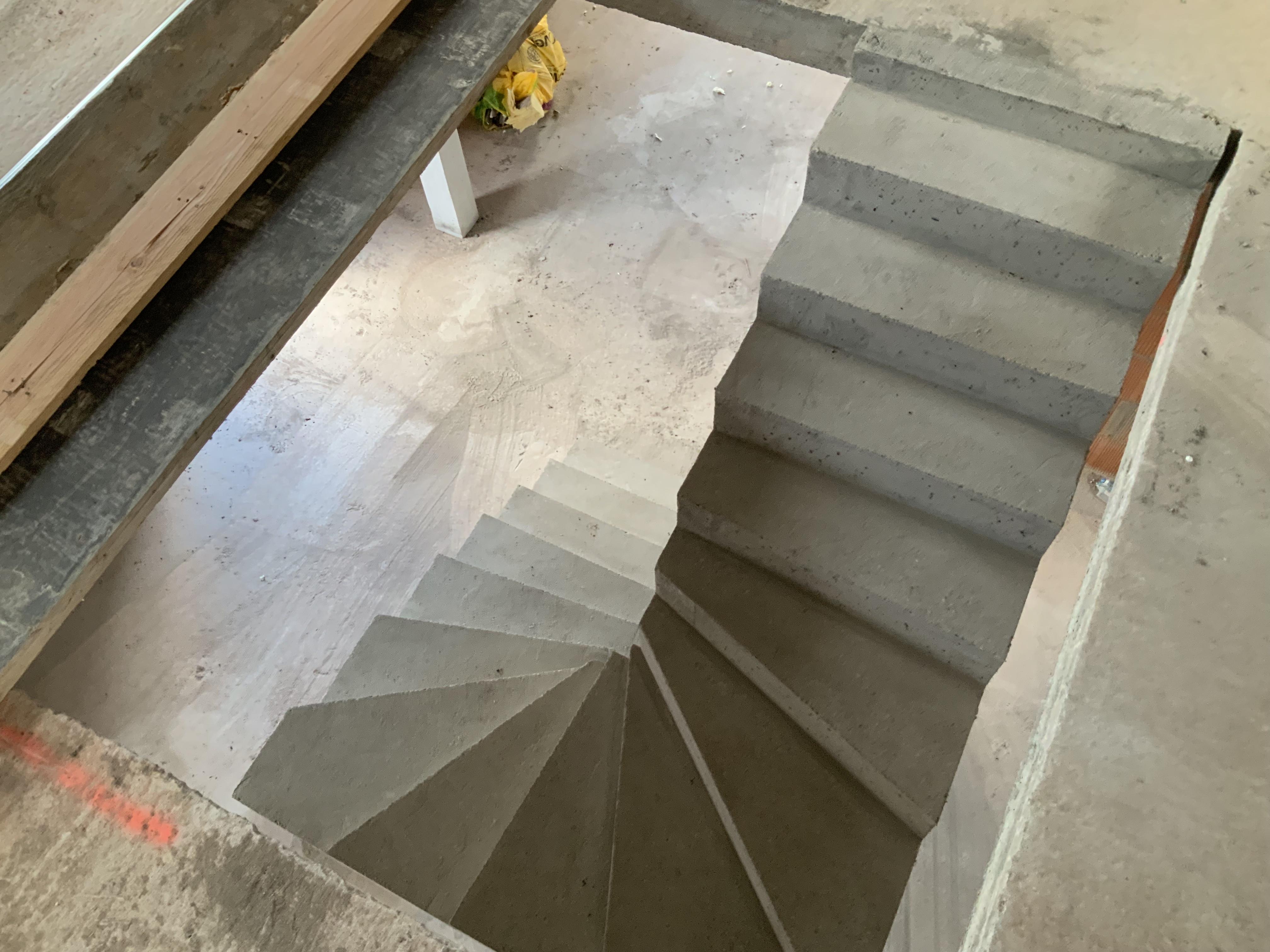 audacieux  escalier à paillasse deux quart tournant en béton brut de décoffrage  Au Teich sur le bassin d Arcachon  pour un constructeur
