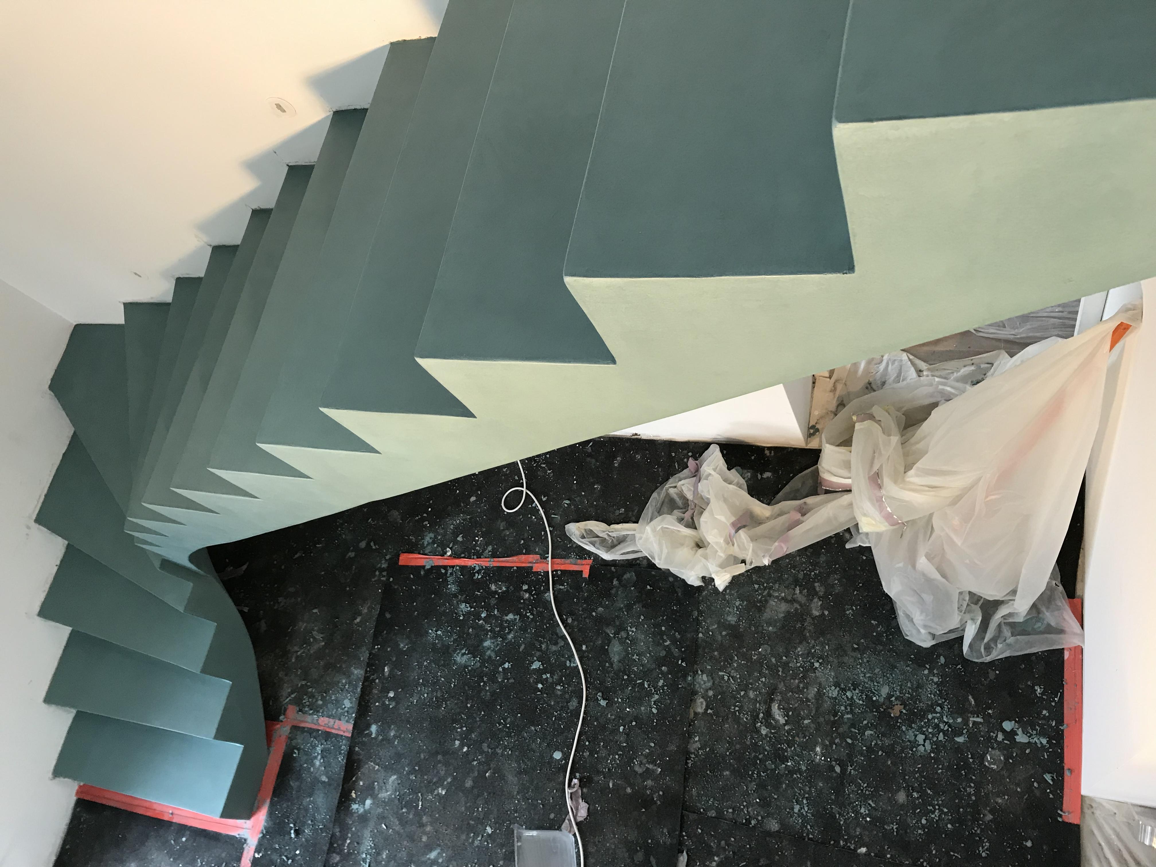 audacieux  escalier à paillasse un quart tournant en béton ciré vernis soyeux couleur malachite  pour un particulier