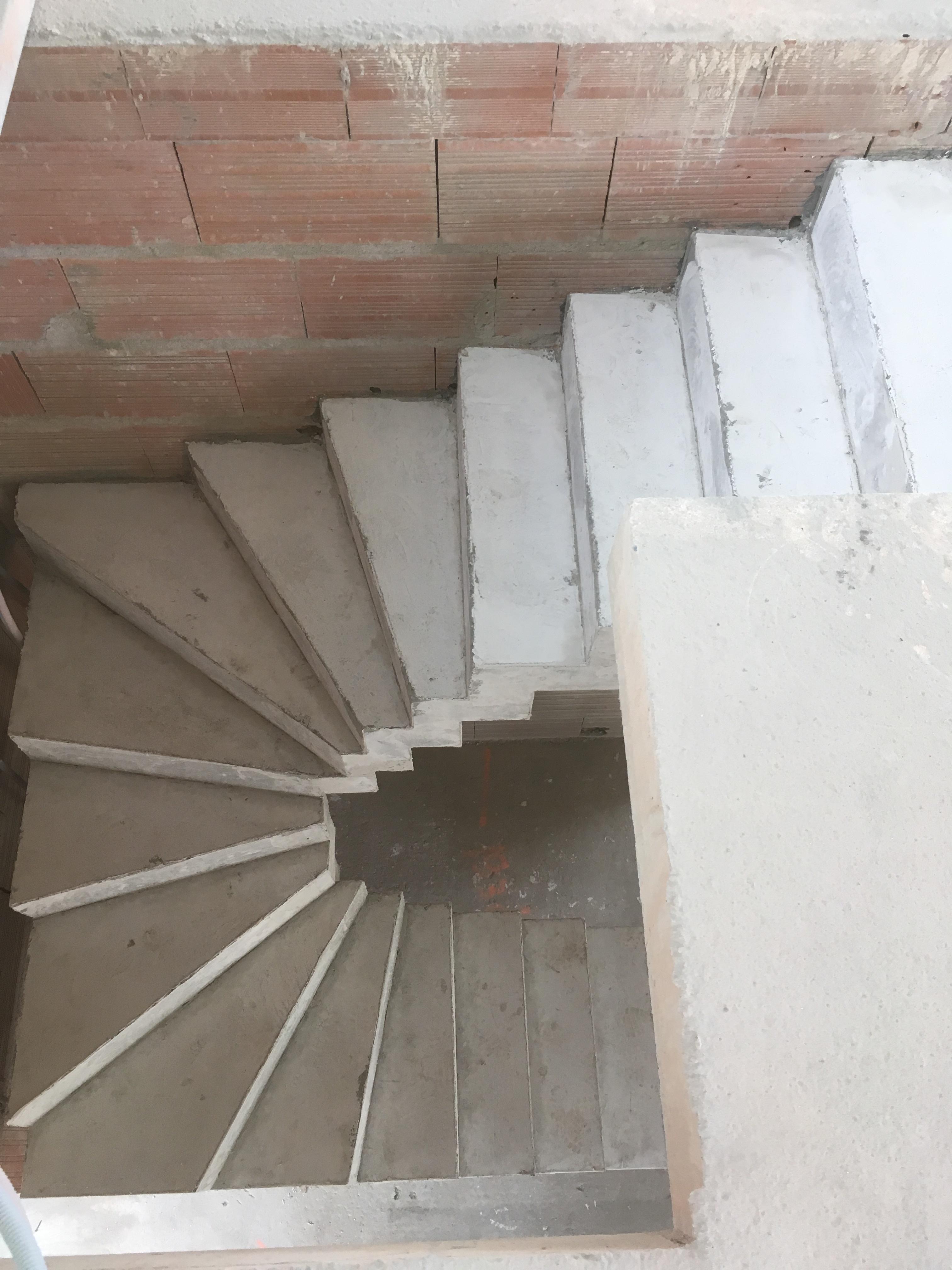 audacieux  escalier crémaillère deux quart tournant en béton brut de décoffrage  a gradignan en Aquitaine  pour un constructeur