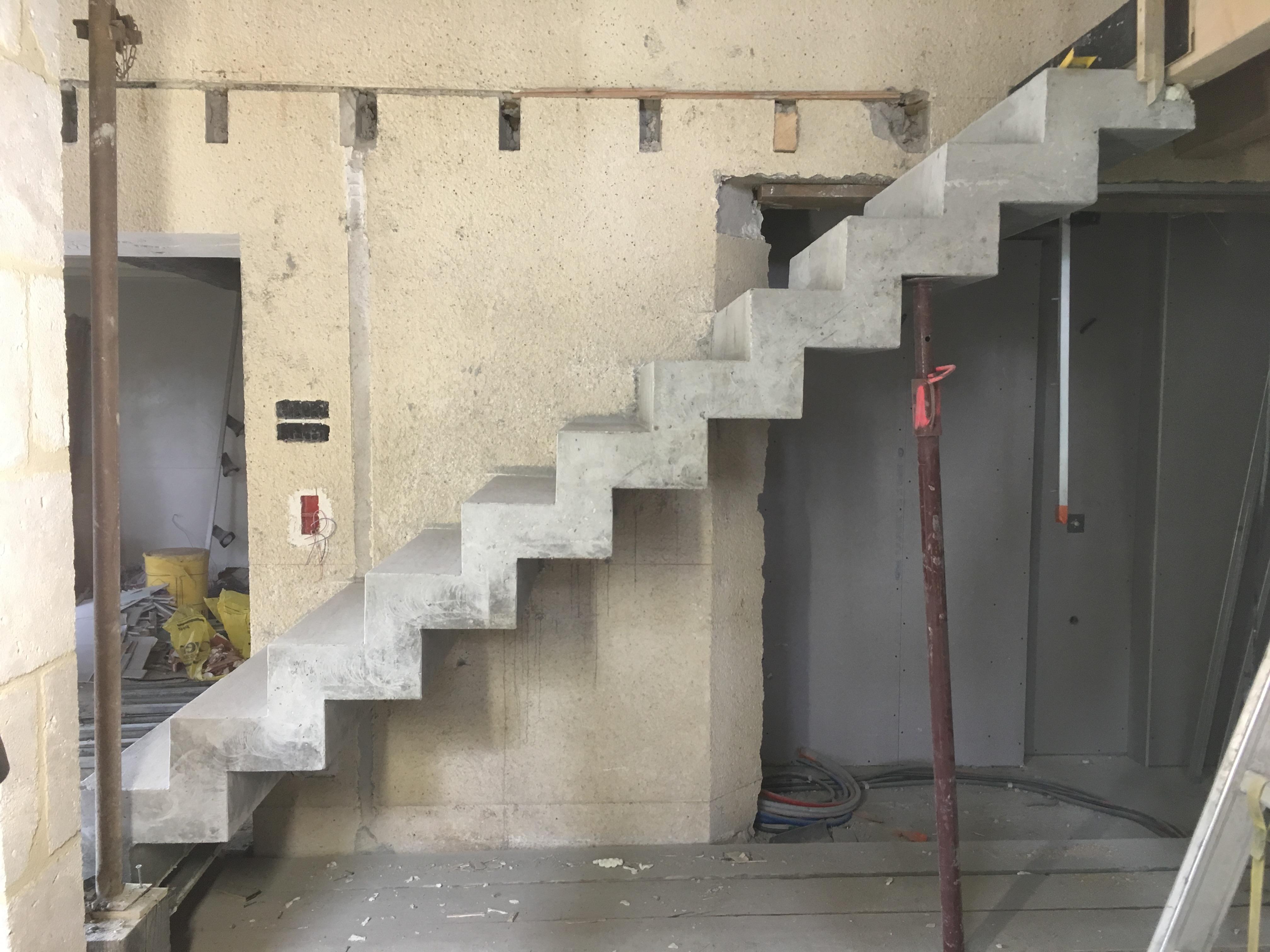 audacieux  escalier crémaillère droit en béton   En Dordogne  pour un architecte