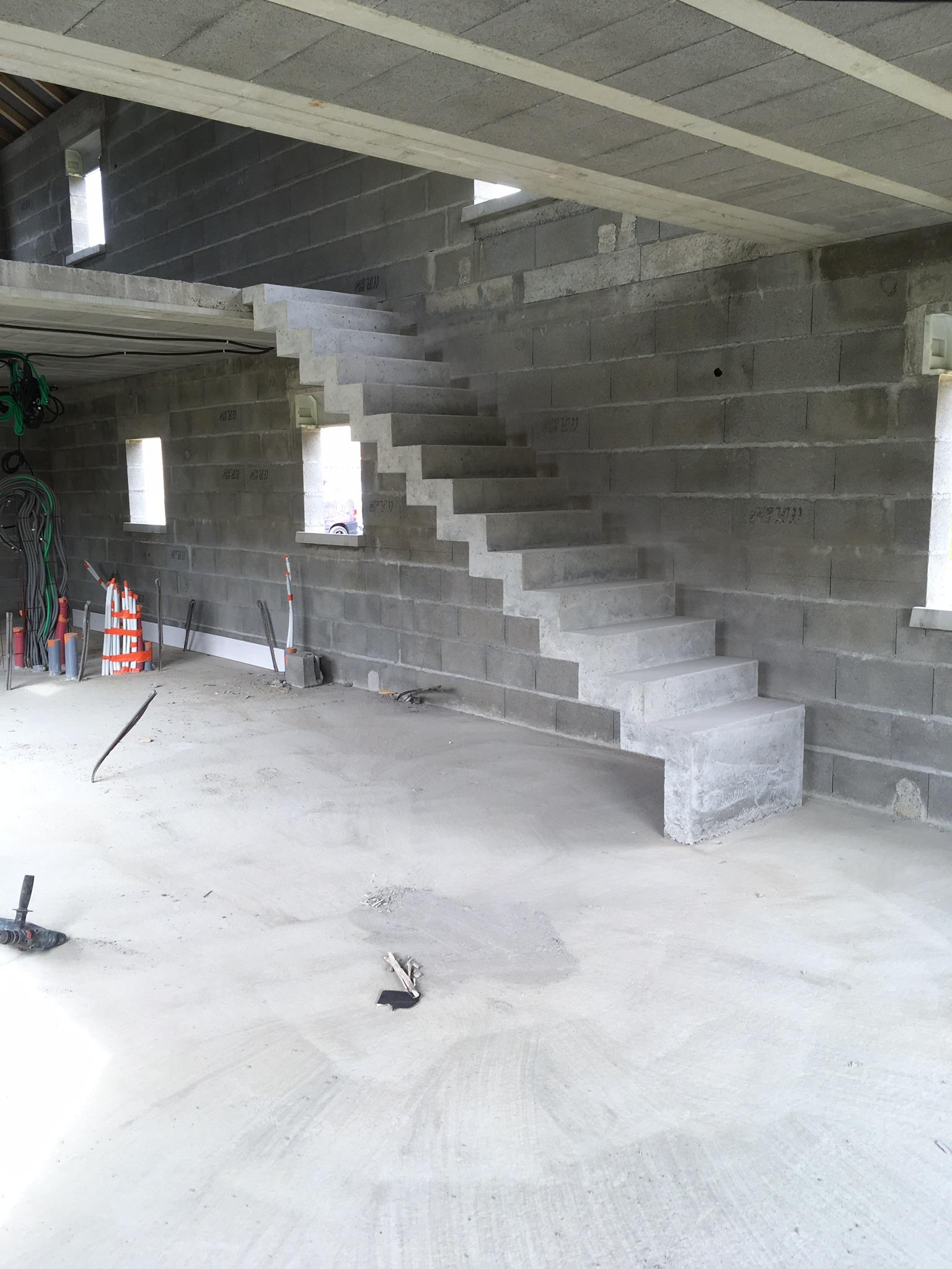 audacieux  escalier crémaillère droit en béton brut de décoffrage  à Pau dans le département des Pyrénées Atlantiques en Aquitaine  pour un particulier