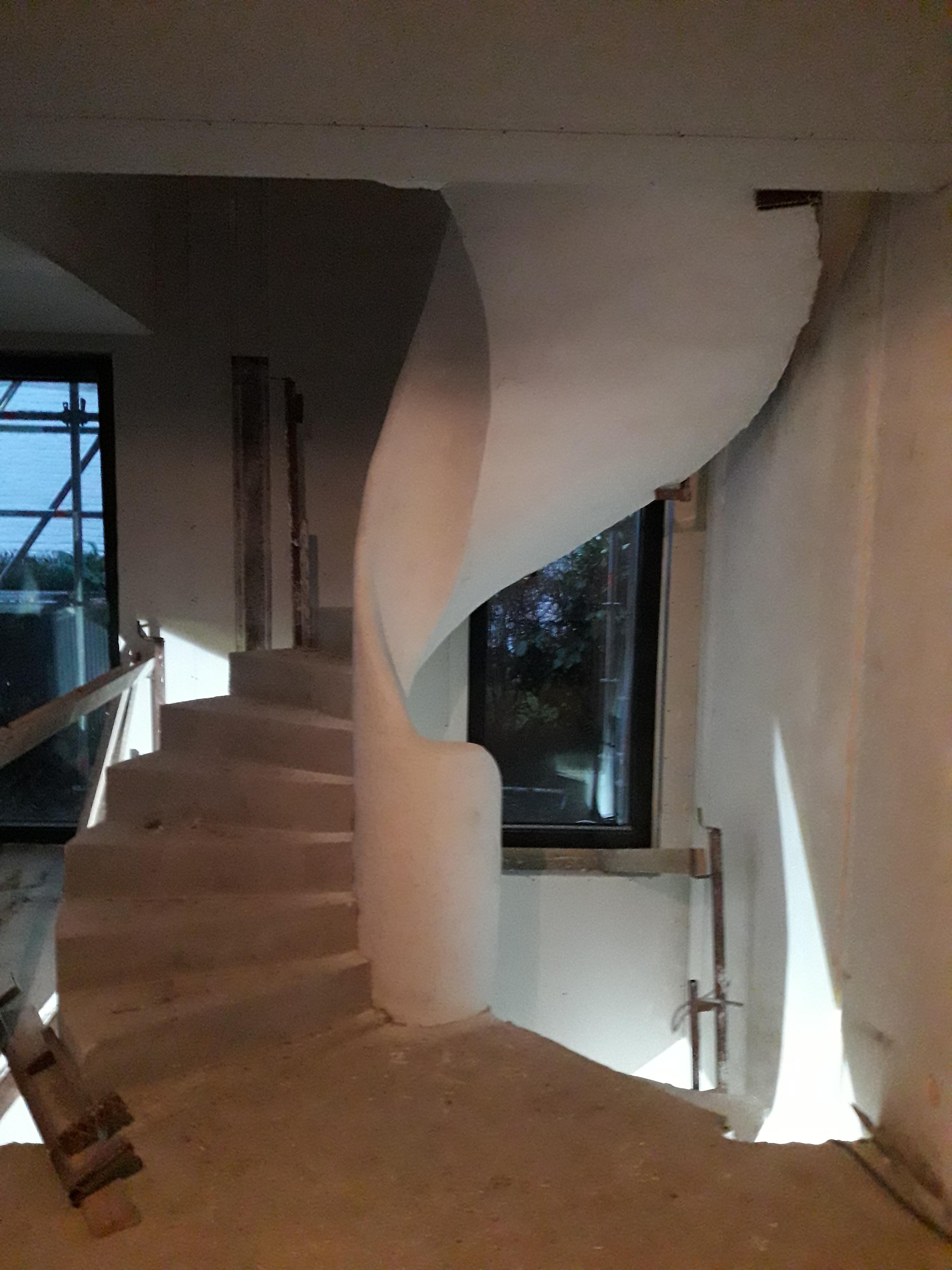 audacieux  escalier en colimaçon avec une lumière centrale en rénovation  bruxelles  pour un constructeur
