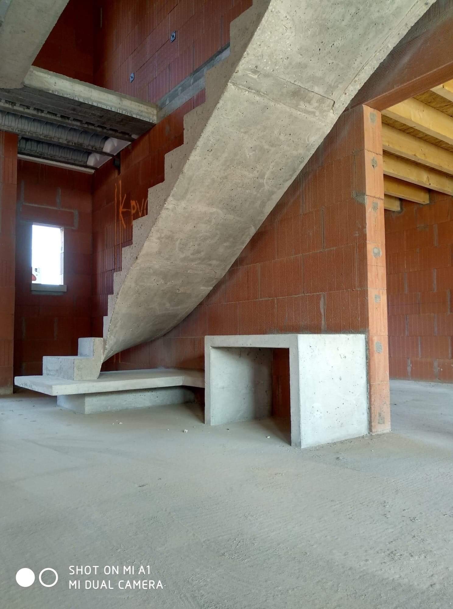 audacieux  escalier graphique avec effet flottant en béton brut de décoffrage  à Bordeaux en Gironde  pour un constructeur
