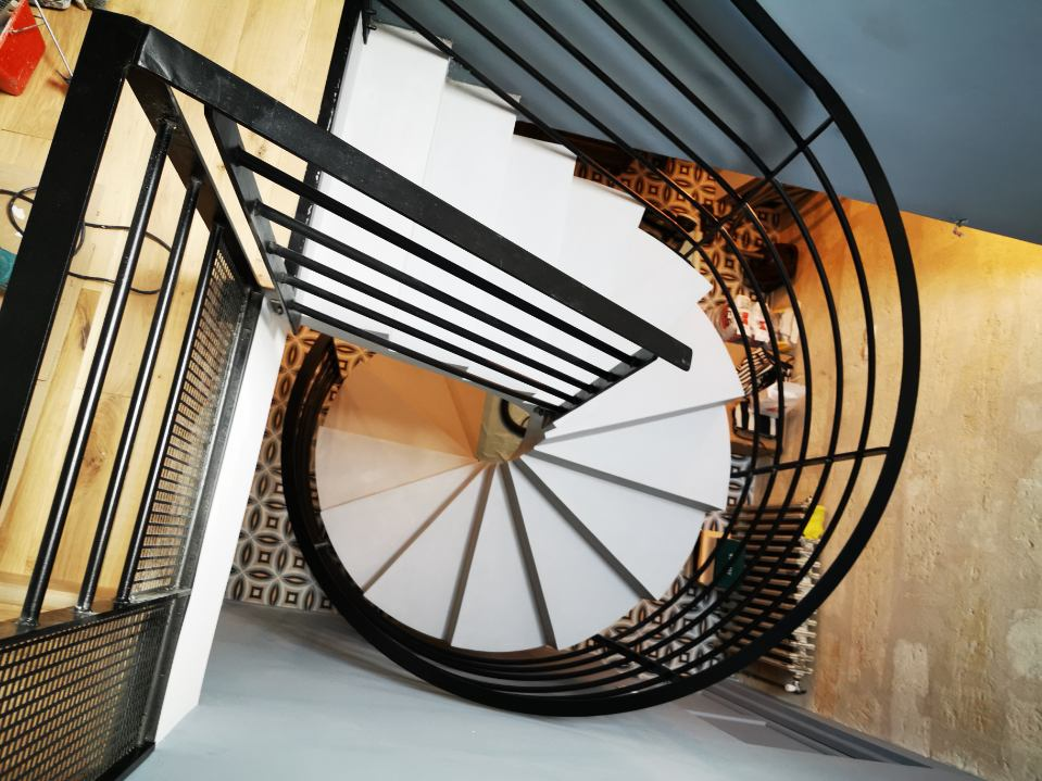 audacieux  escalier hélicoïdal architectural habillé en béton ciré couleur gris souris à bordeaux  pour un architecte