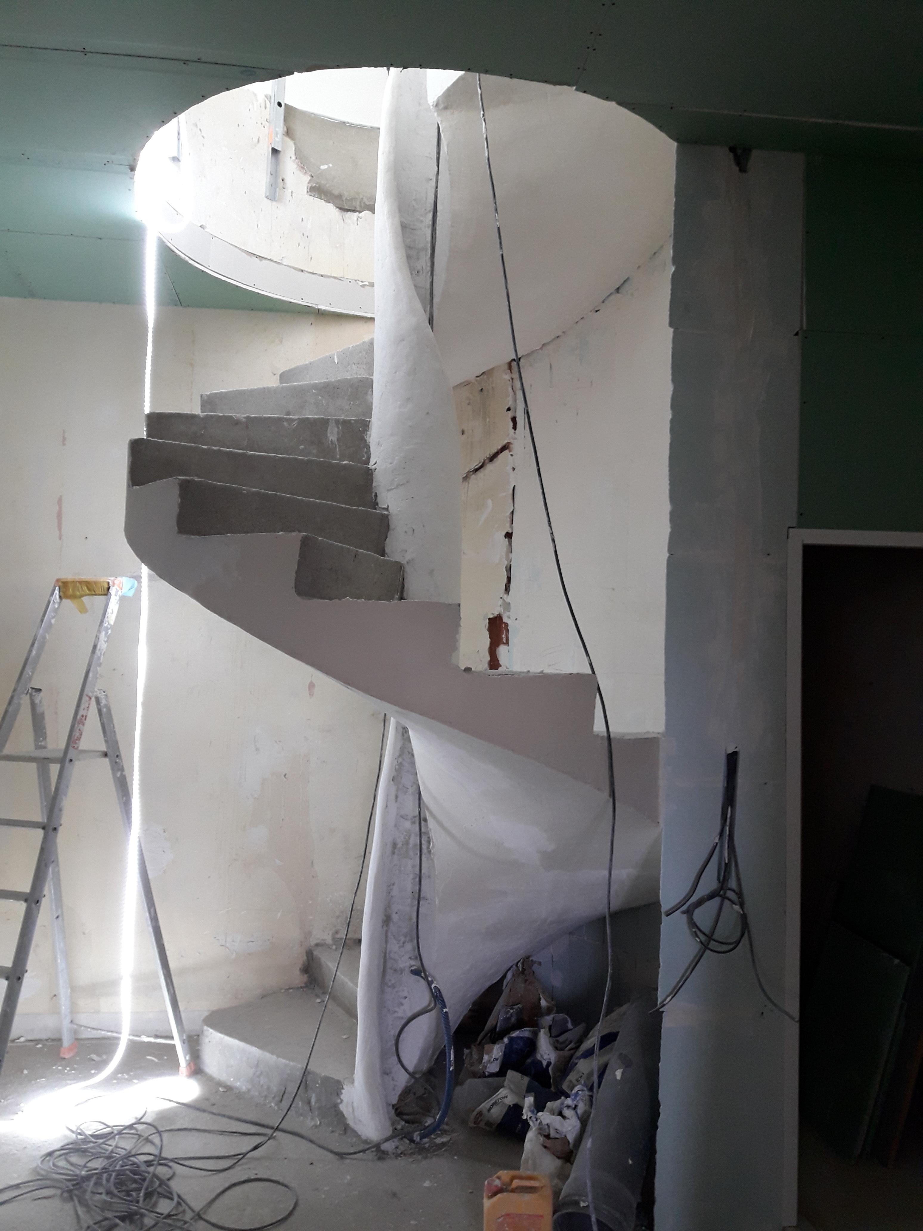 audacieux  escalier hélicoïdal avec garde corps intérieur  en béton brut de décoffrage  Paris pour un particulier