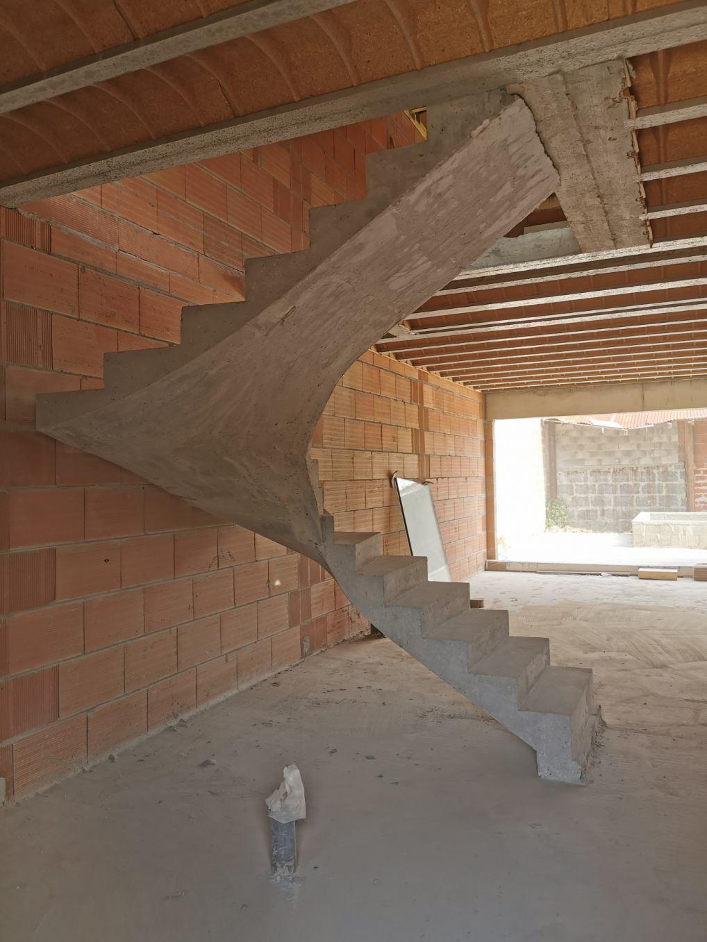 bel escalier à paillasse deux quart balancé en béton brut de décoffrage  à Bordeaux dans le département de la Gironde pour un maitre d'œuvre