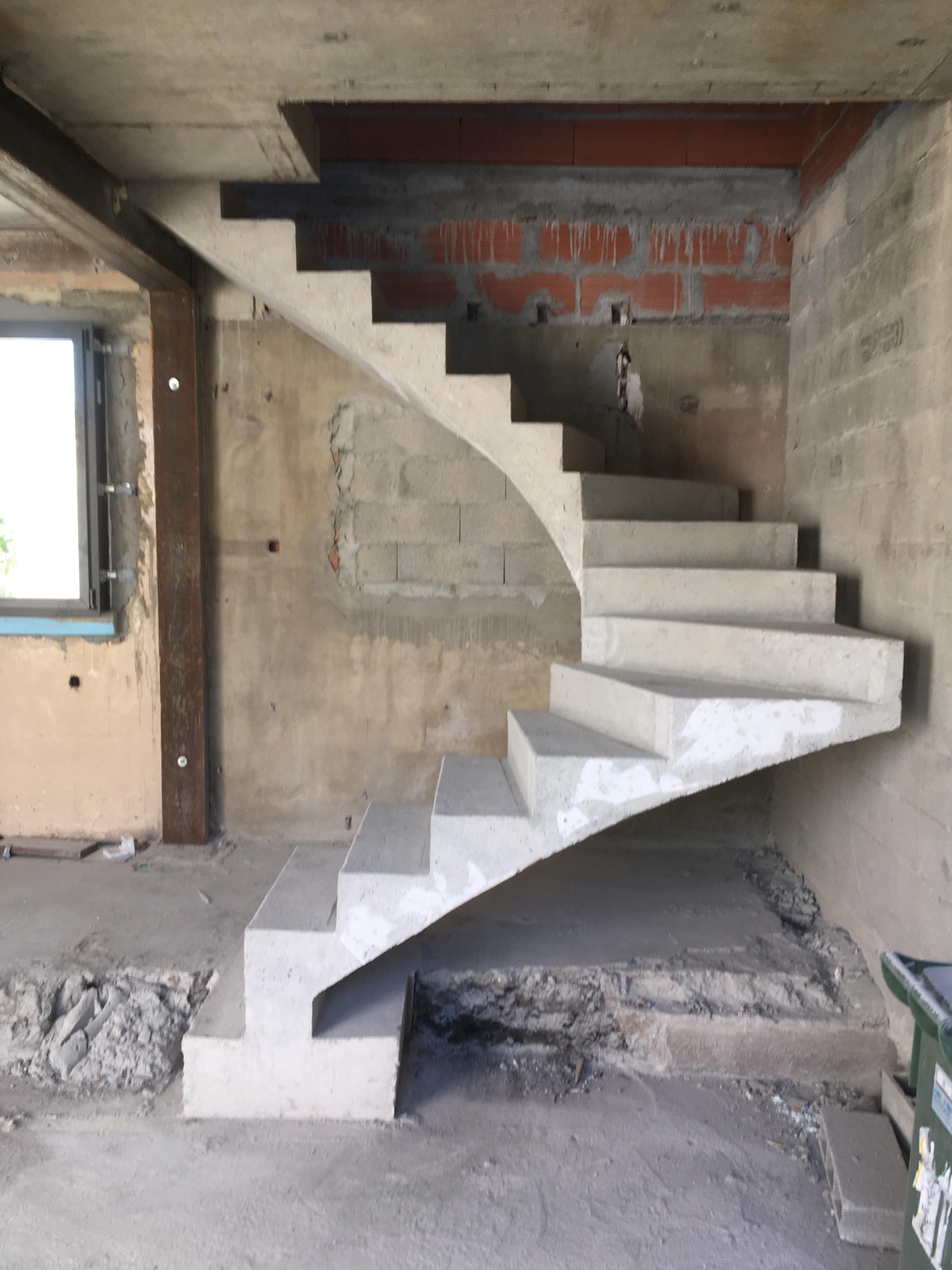 bel escalier à paillasse deux quart tournant en béton brut de décoffrage  Au Bouscat en Gironde  pour un maitre d'œuvre