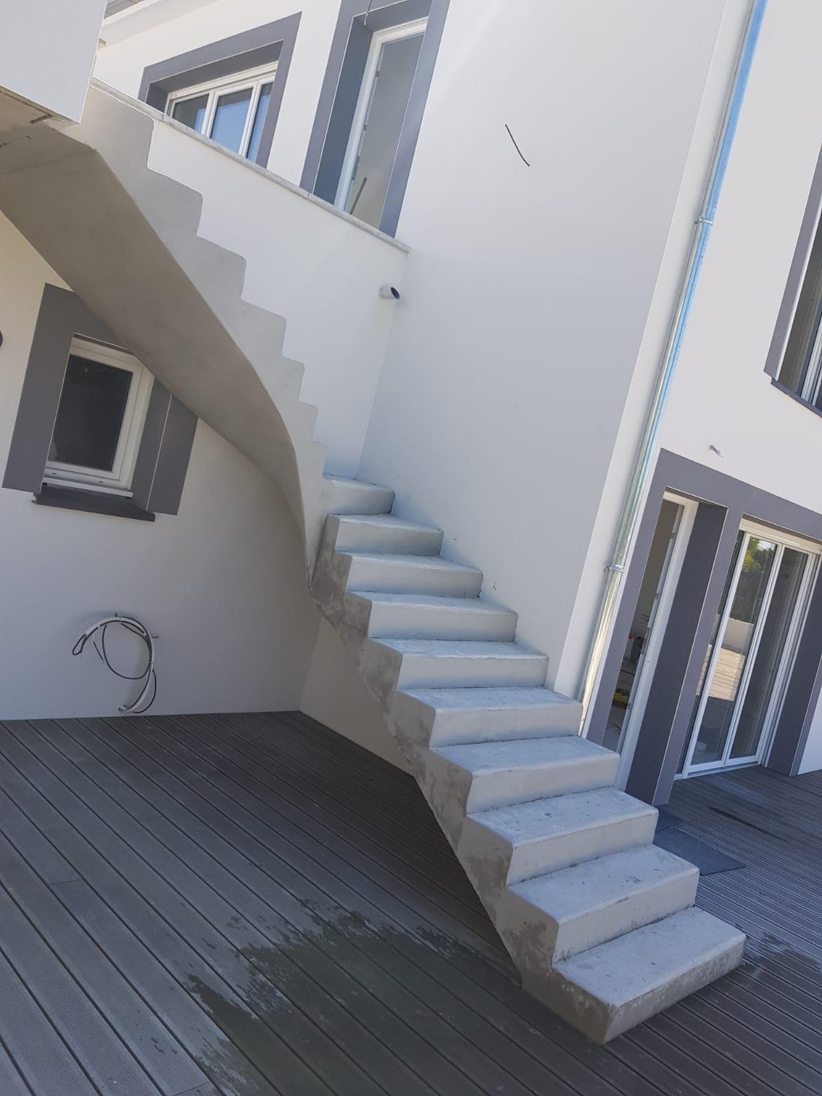 bel escalier à paillasse extérieur en béton   toulouse  pour un particulier