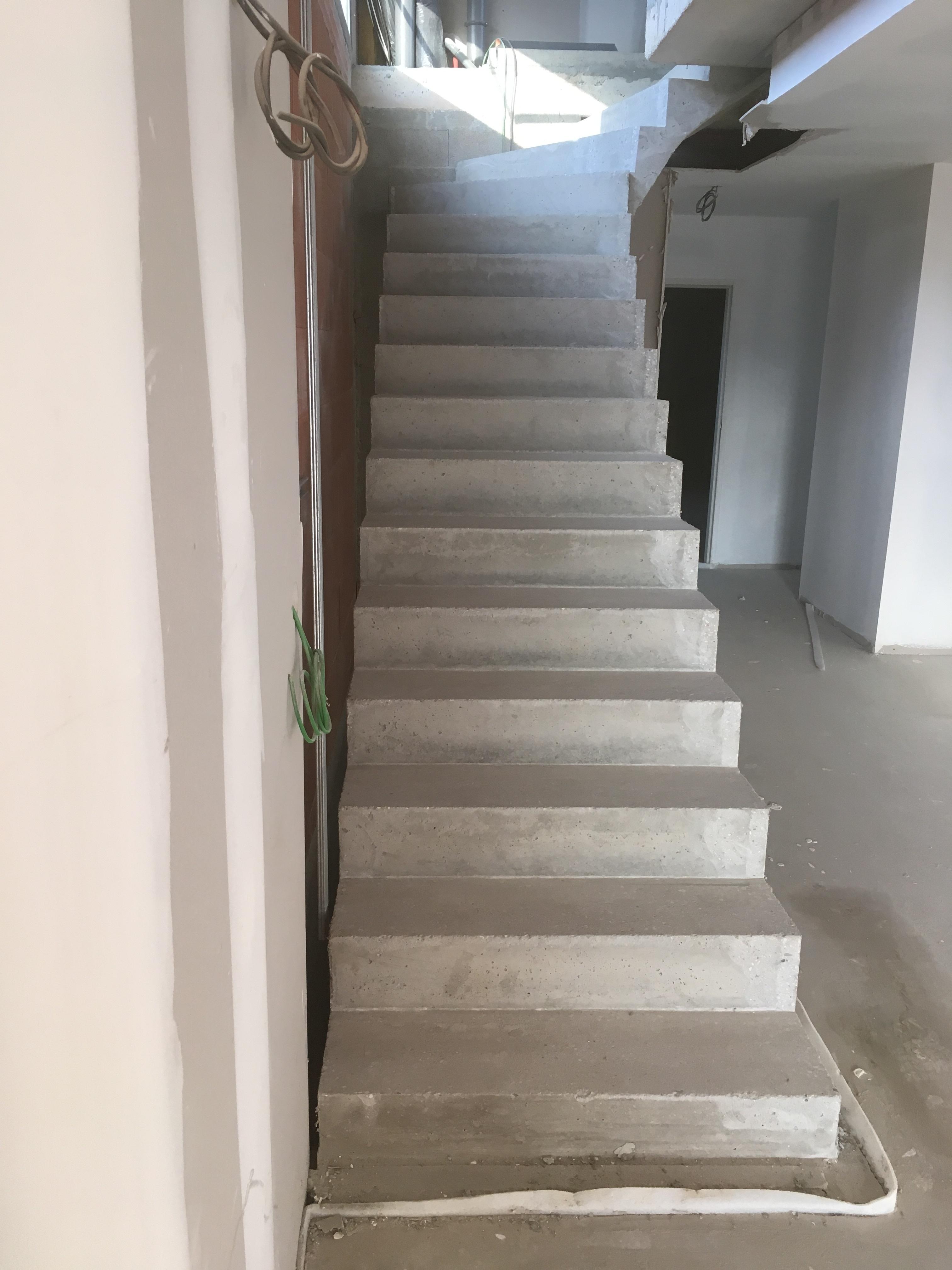 bel escalier à paillasse un quart balancé en béton brut de décoffrage  à Bordeaux en Gironde  pour un constructeur