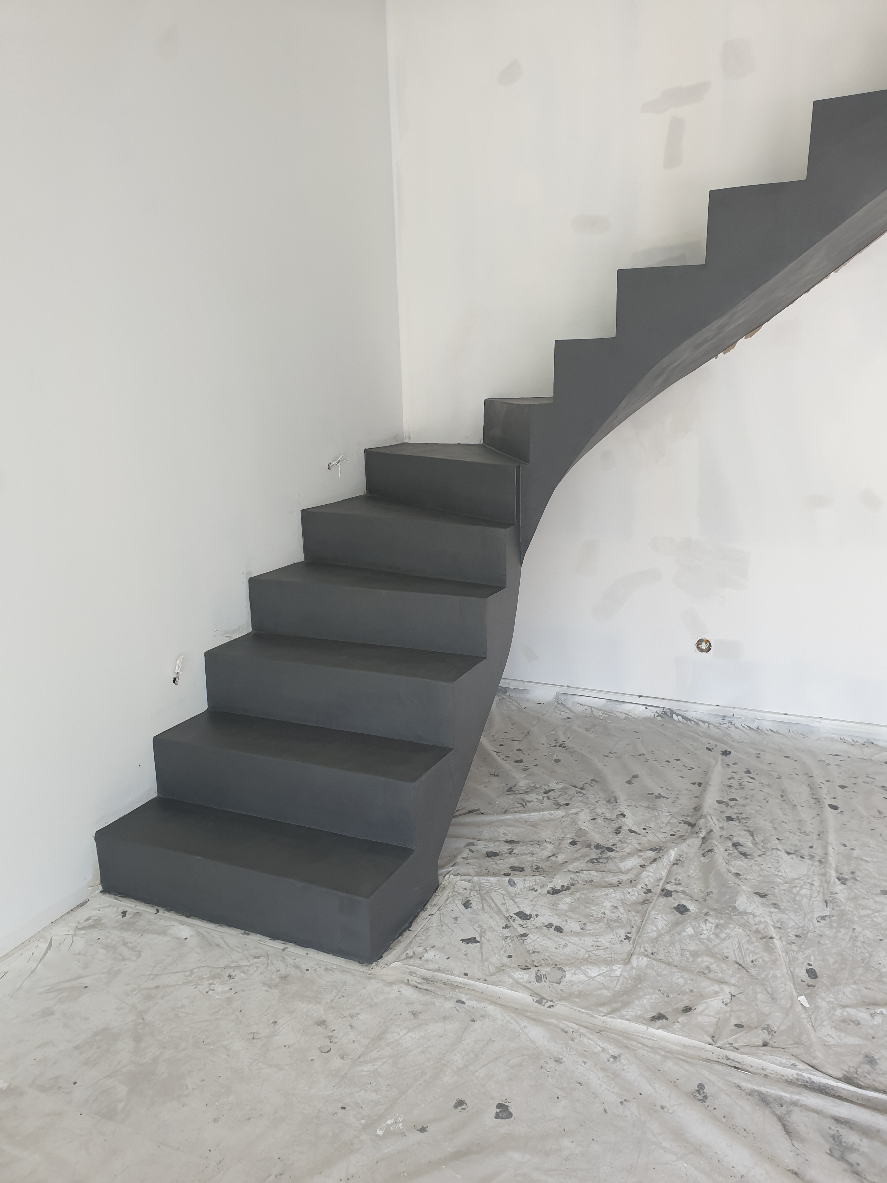 bel escalier à paillasse un quart balancé en béton ciré couleur platinium à chuzelles pour un particulier