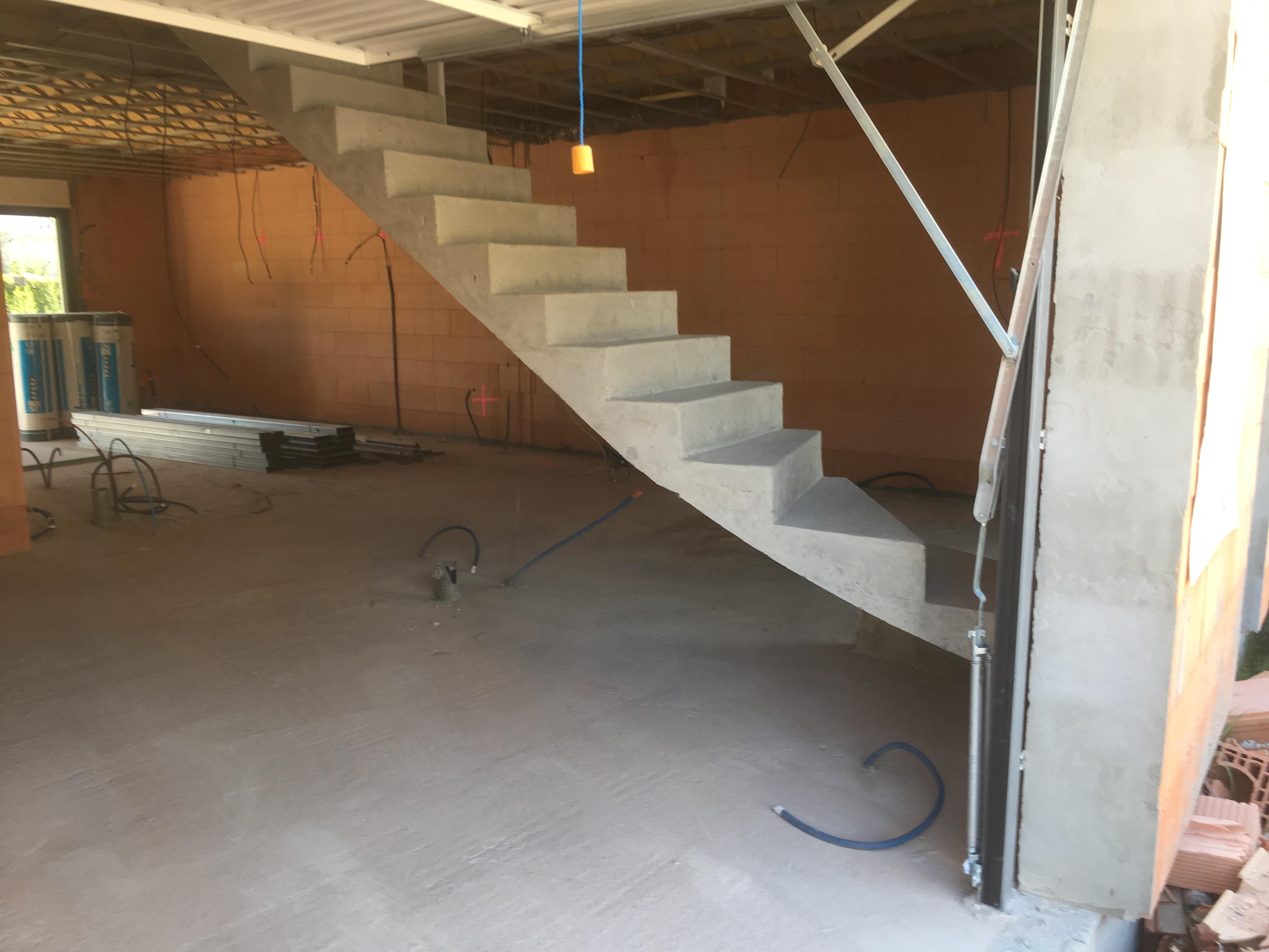 bel escalier à paillasse un quart tournant en béton brut de décoffrage  en gironde  pour un constructeur