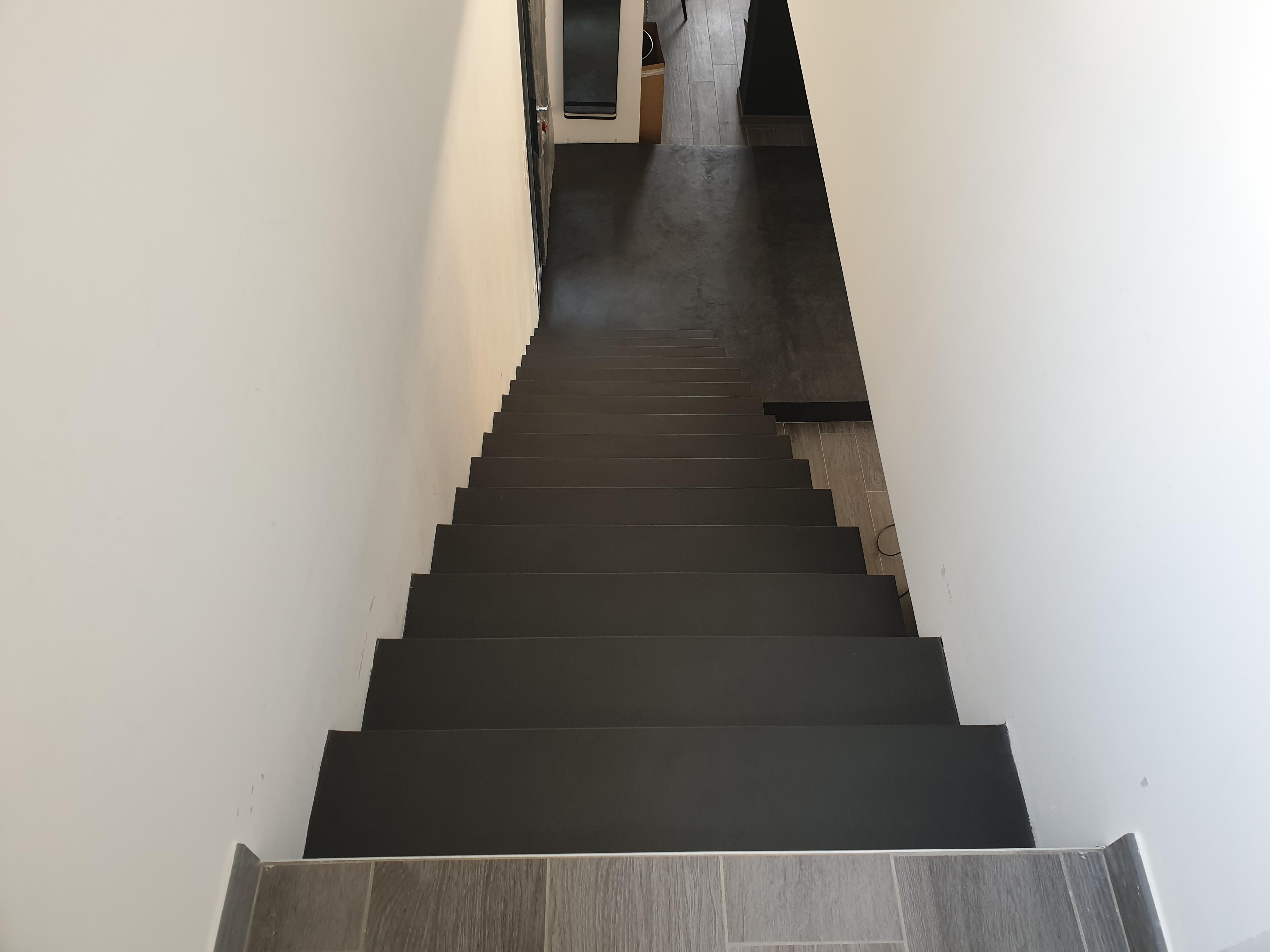 bel escalier crémaillère avec marche palière en béton ciré vernis mat couleur ardoise A saint cyr au mont d or pour un constructeur