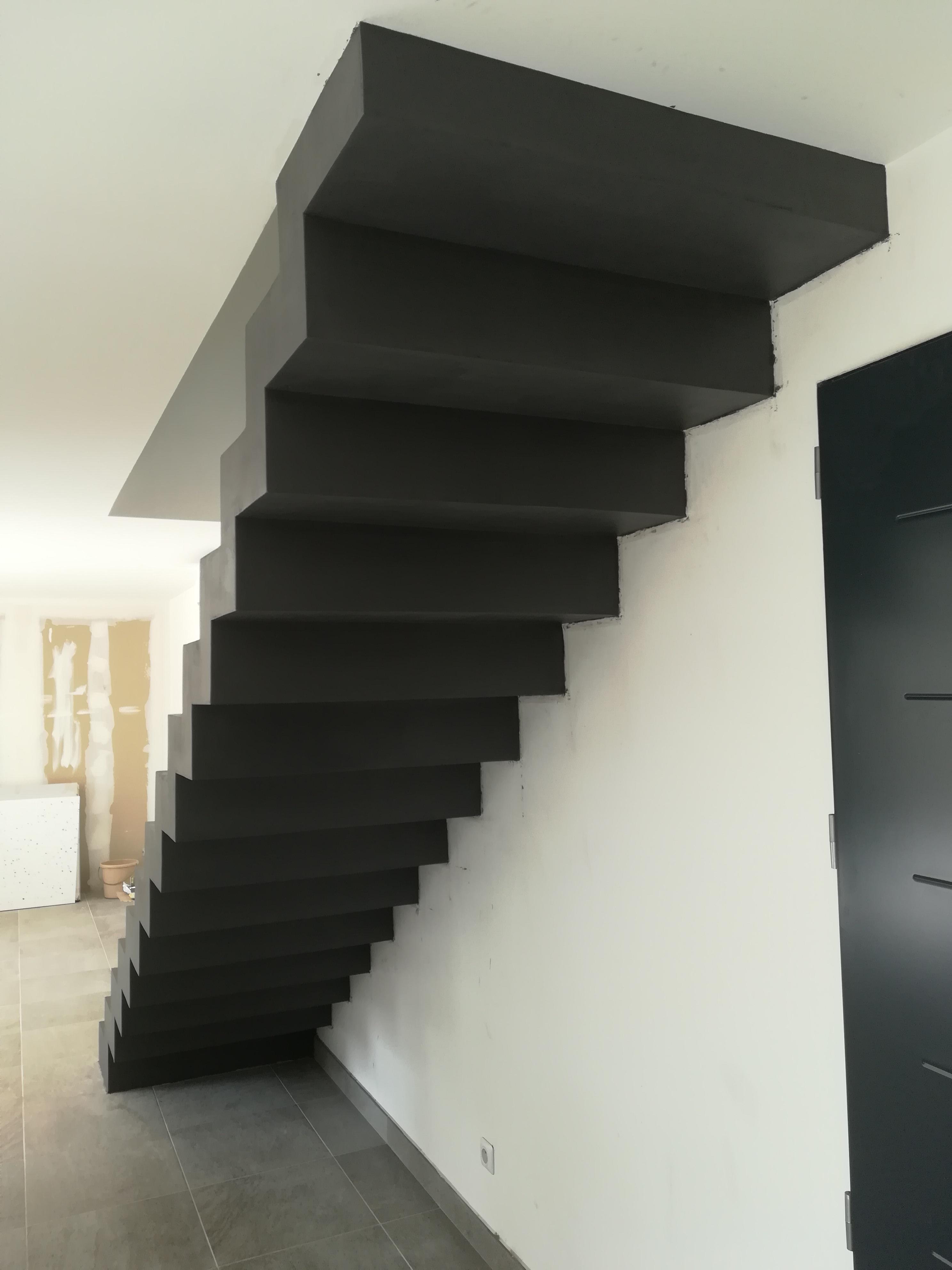 bel volée droite  d'un escalier crémaillère en béton ciré couleur platinium à la ciotat pour un particulier