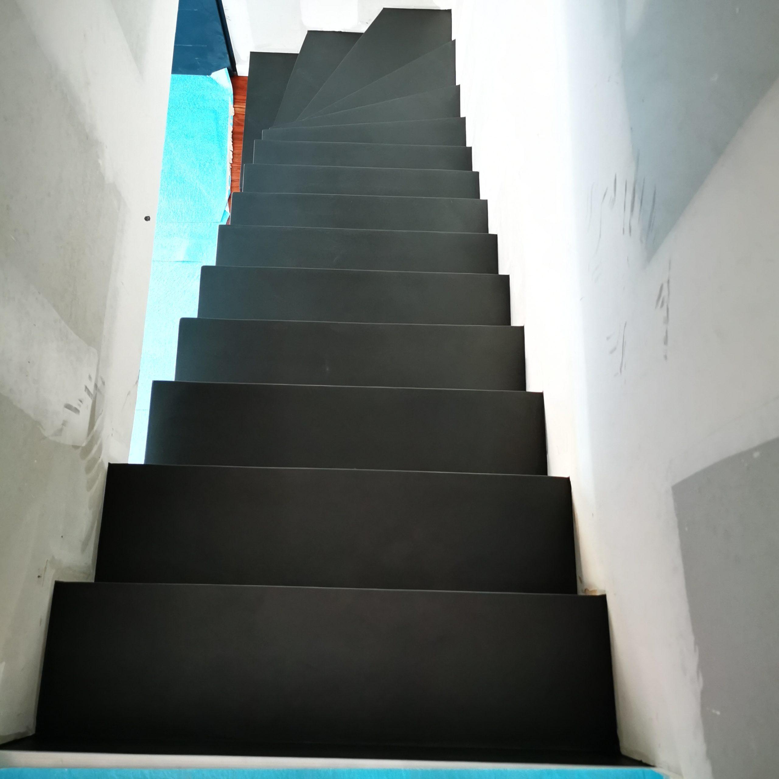 Beton ciré sur un escalier dans une maison individuelle