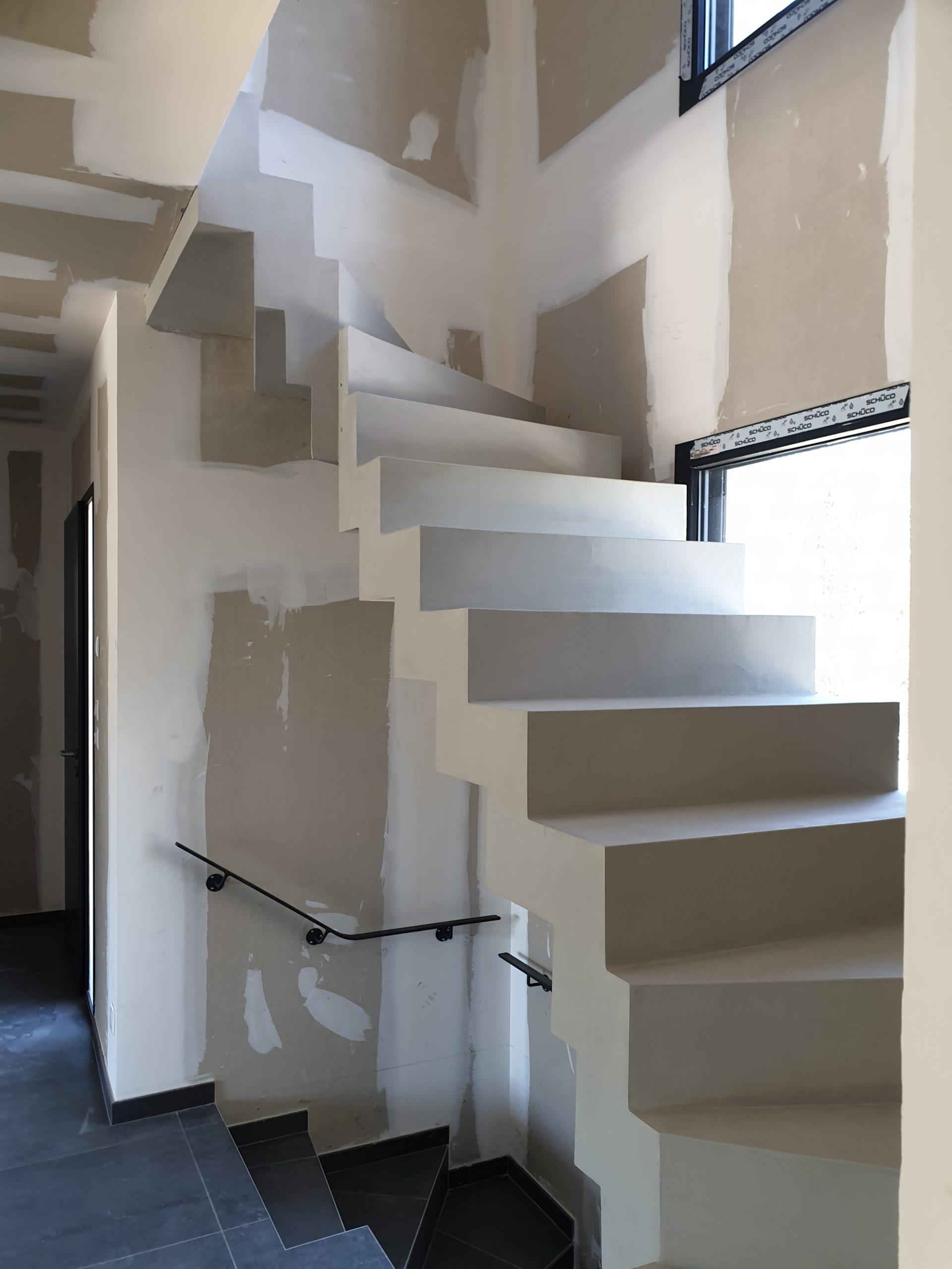 Cet escalier est au dessus d'un autre escalier avec une trémie en rectangle