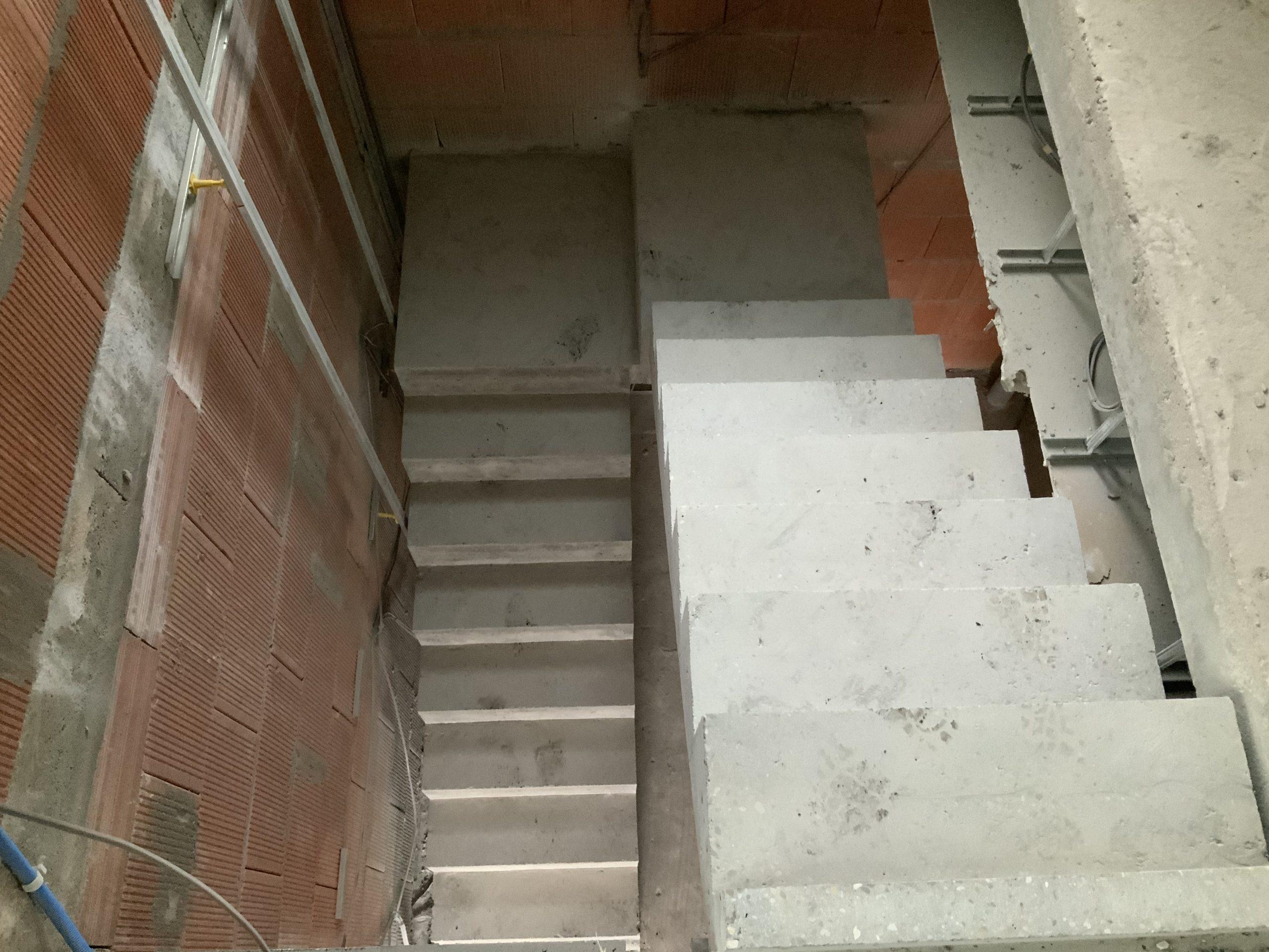 Coffrage ferraillage et coulage d'un escalier en béton sur site dans un maison