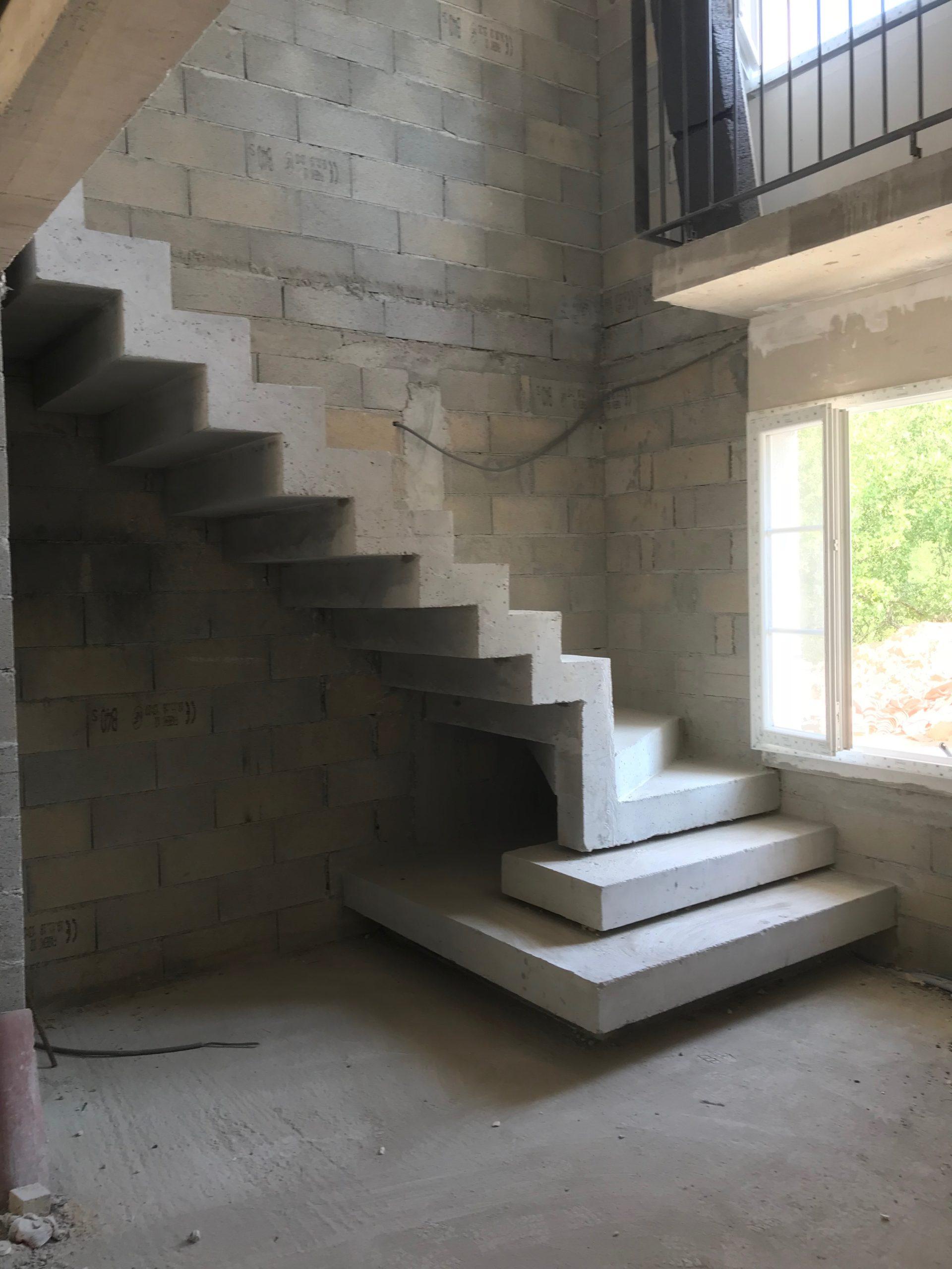 Construction d'un escalier béton contemporain avec un effet flottant sur les premieres marches