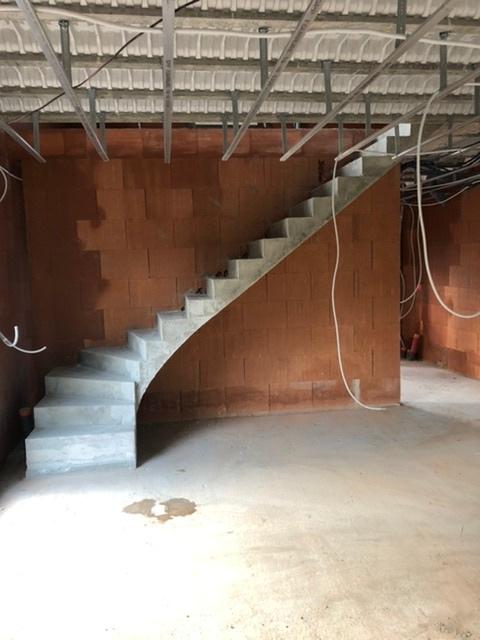 Construction d'un escalier béton dans une maison à Royan.