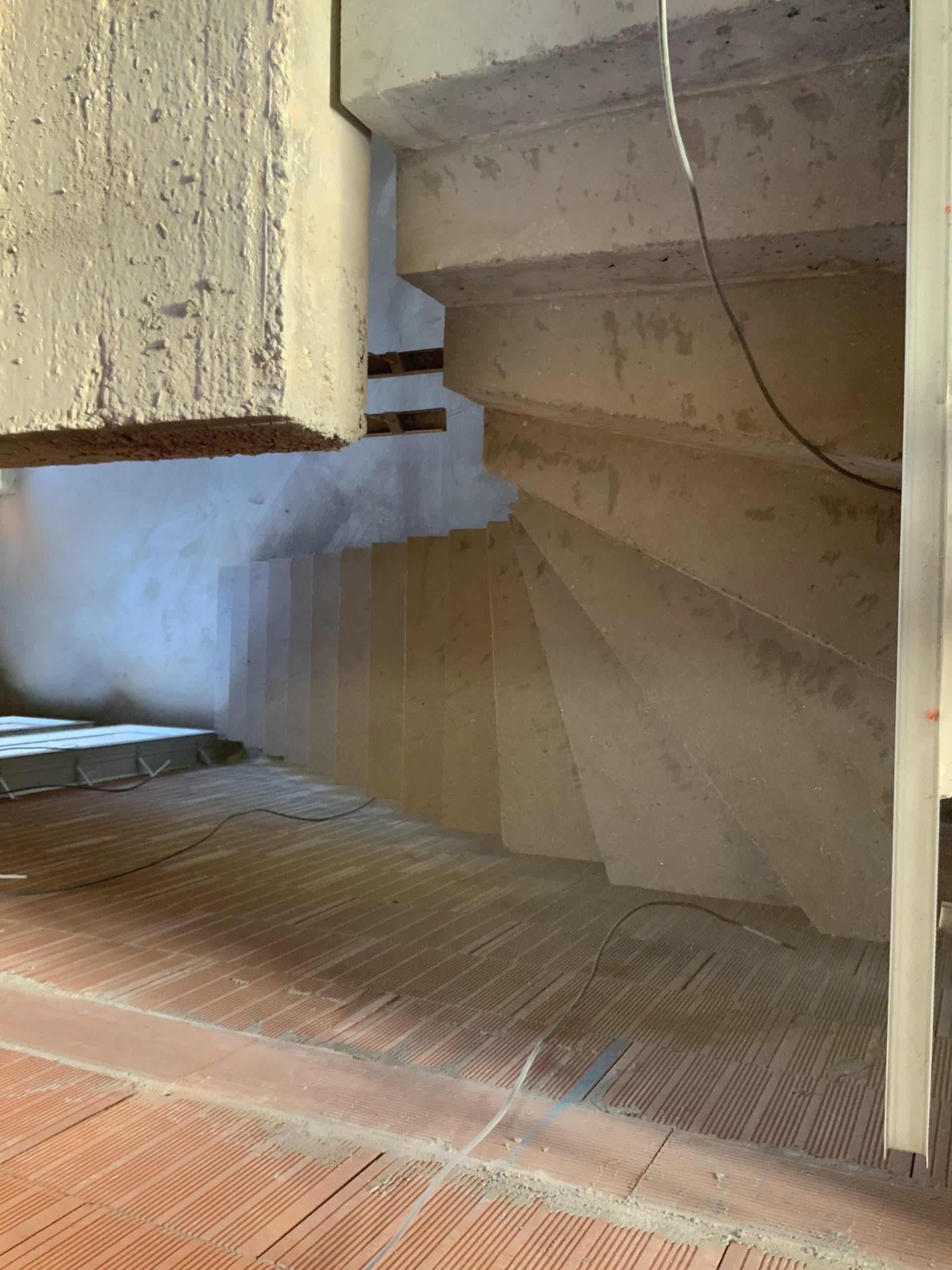 construction d'une maison individuelle près de bordeaux avec un escalier béton