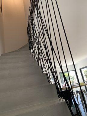 Cordage tressé pour sécurisé un escalier en béton ciré