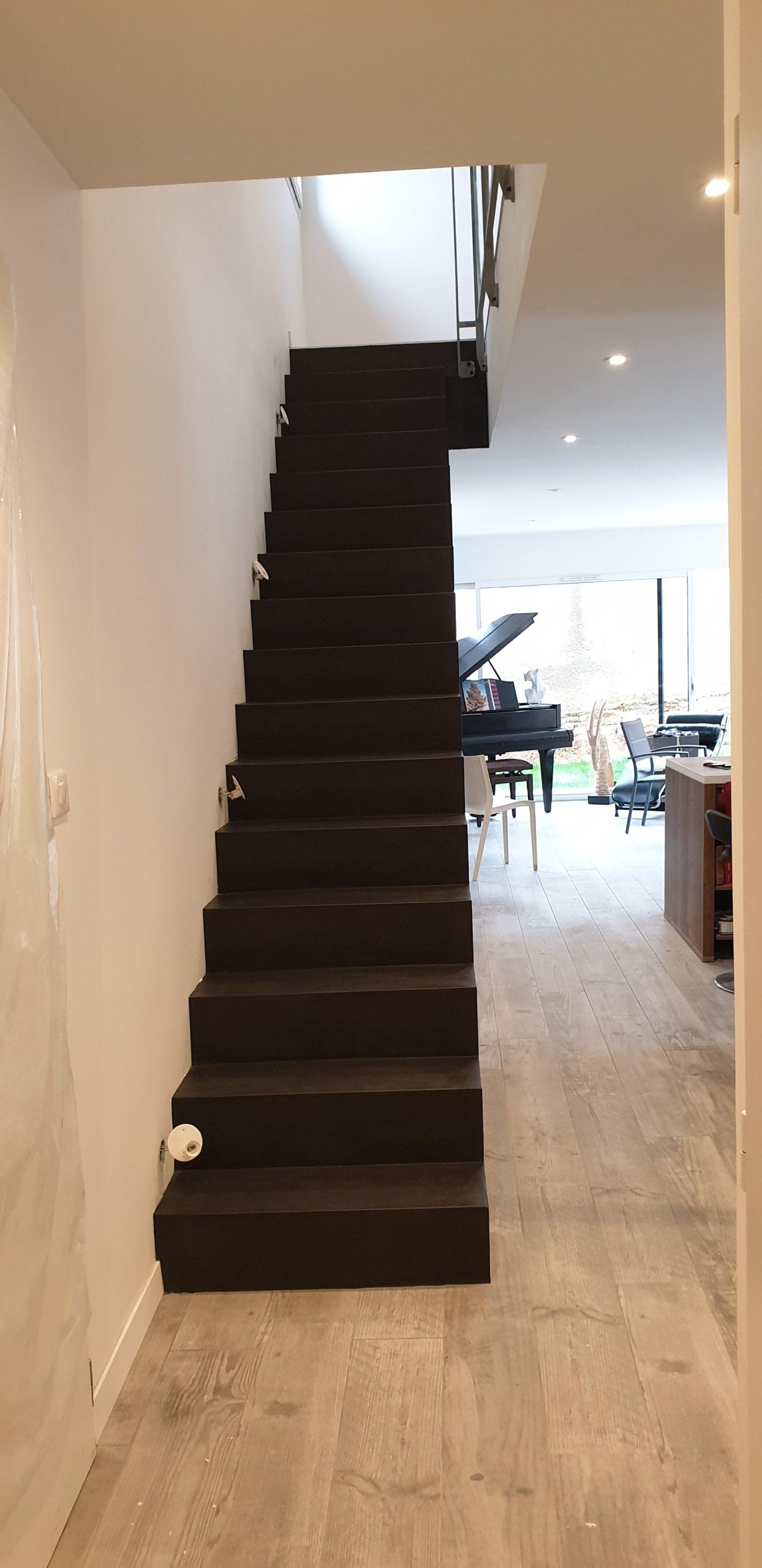 Création unique d'un escalier droit dans une maison individuelle