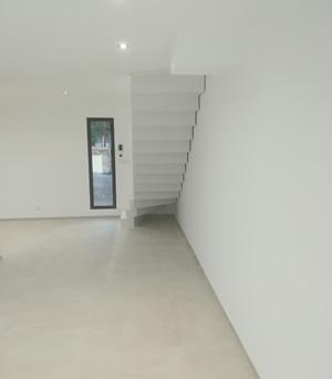crémaillère d'un escalier béton blanc