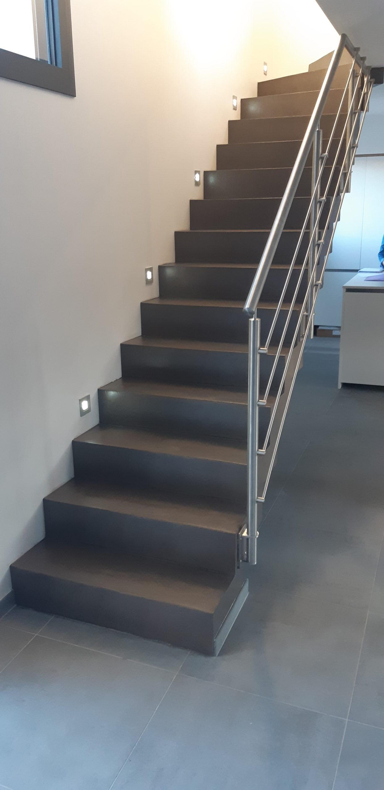 Décoration d'un escalier avec lampes incrustées
