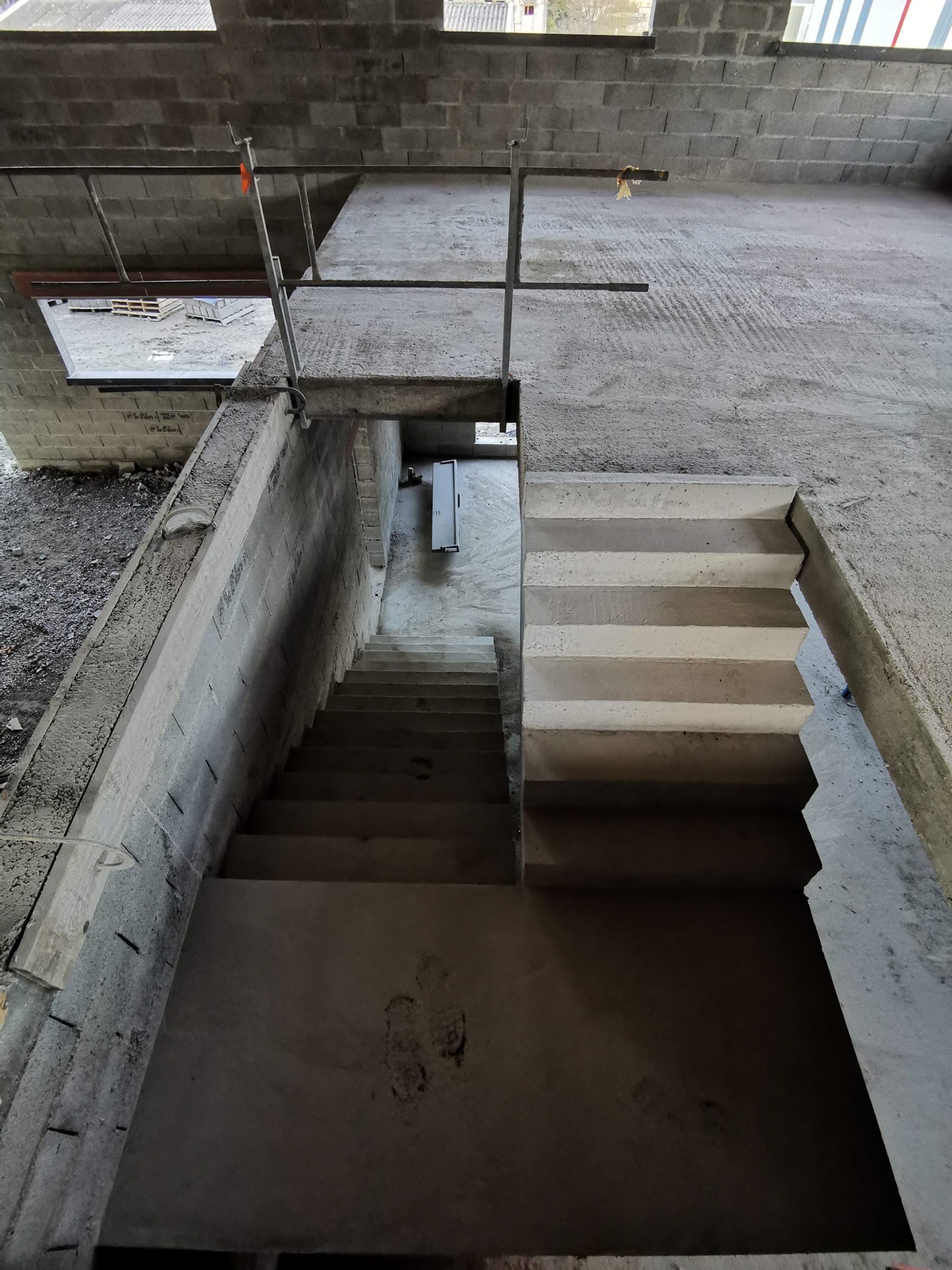 Dernière volée droite de l'escalier avant d'arriver à l'étage