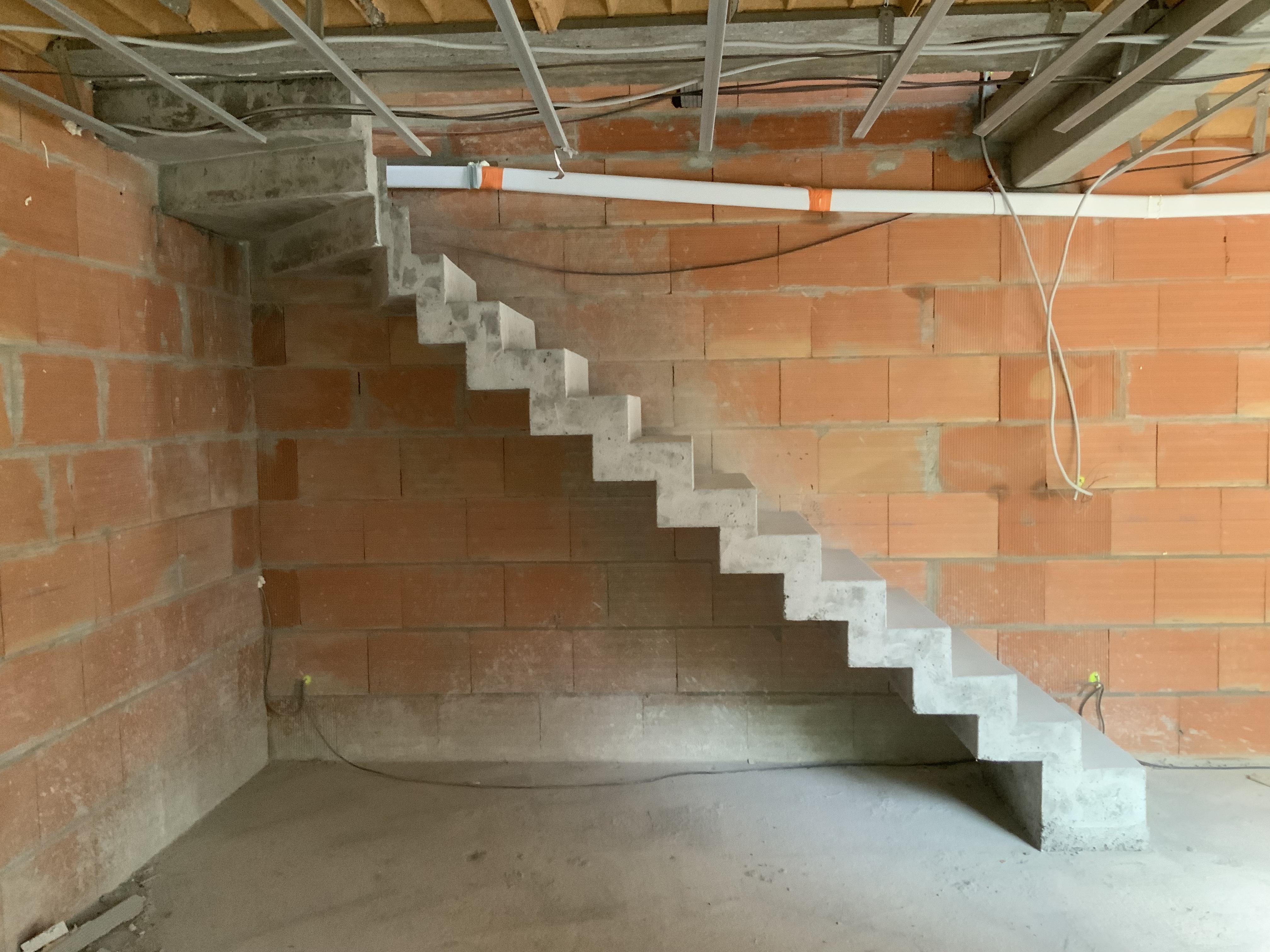 Dessin de la crémaillère sur la joue de l'escalier béton ainsi que la sous face du balancé à l'arrivée de l'escalier