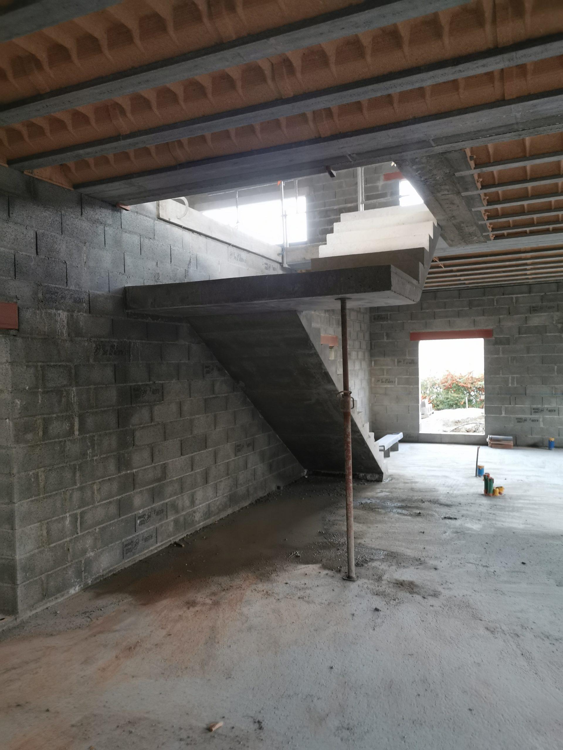 Dessous de l'escalier et du palier en béton