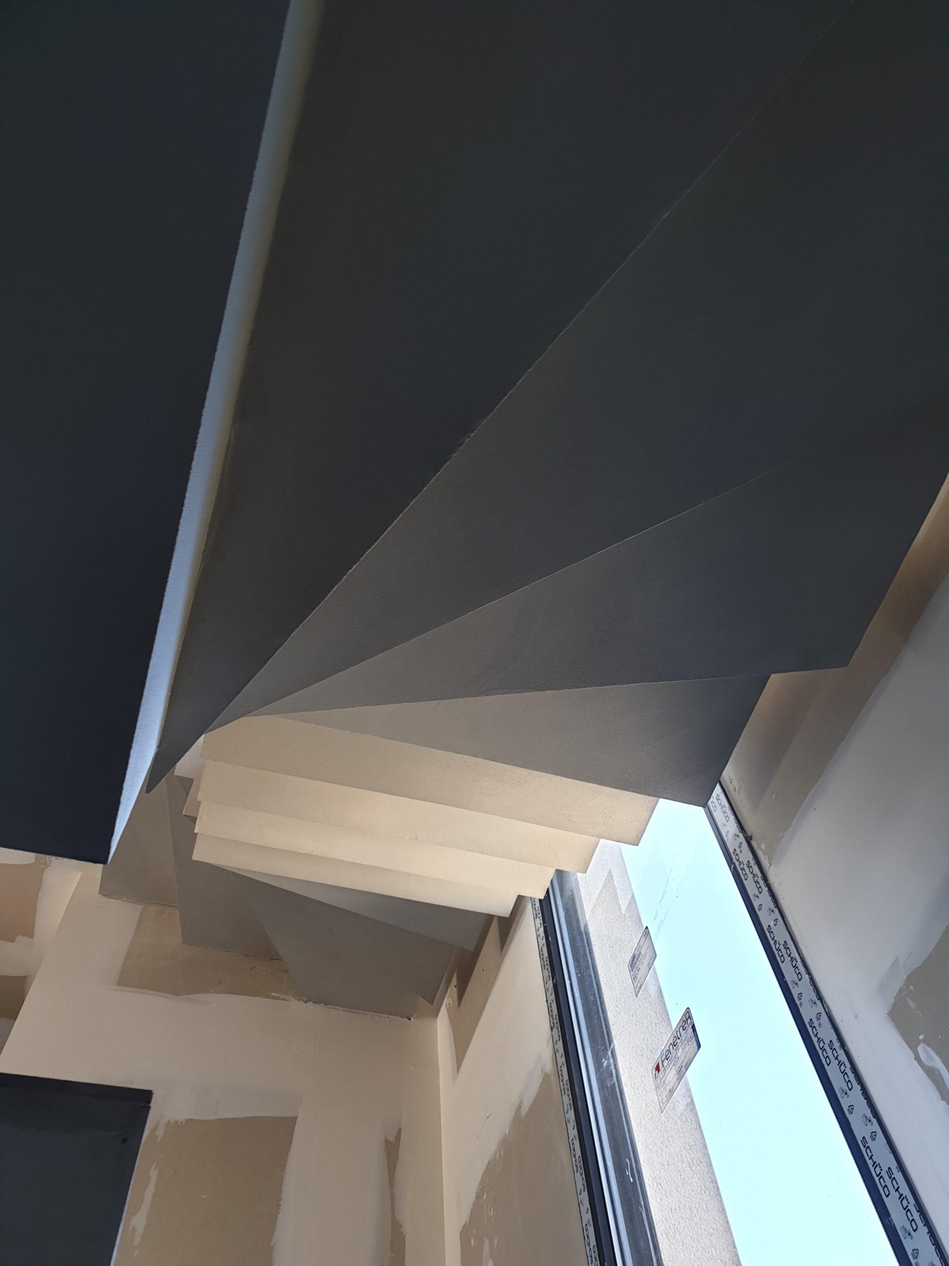 Dessous de l'escalier traversant la baie vitrée