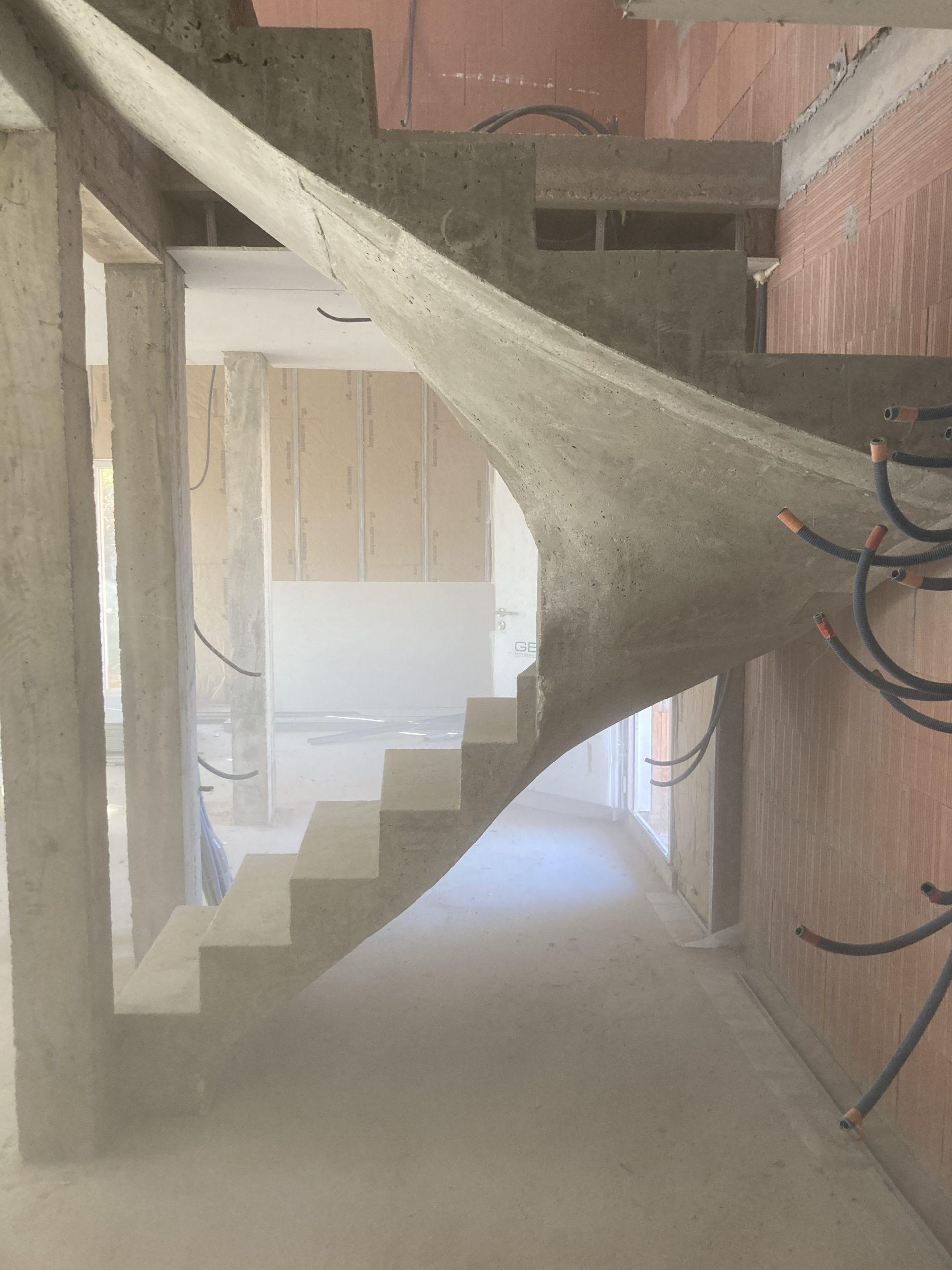 dessous de la paillasse d'un escalier en béton près de Arbonne