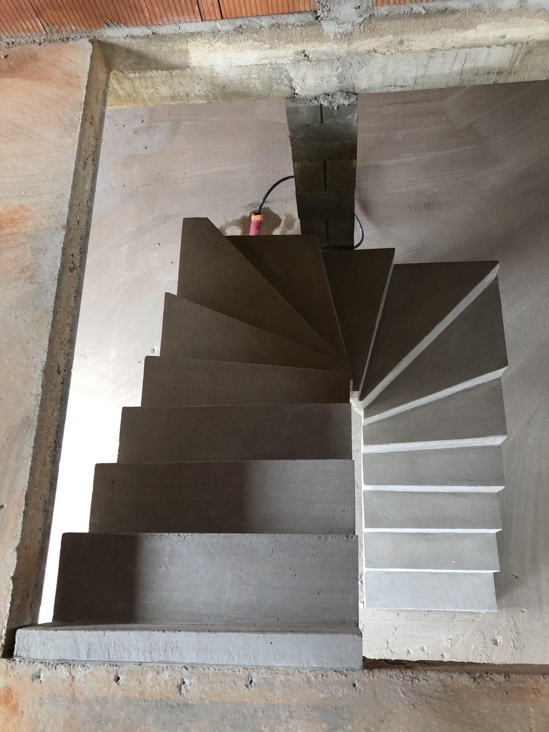 dessus d'un escalier béton deux quart balancé dans une maison en construction