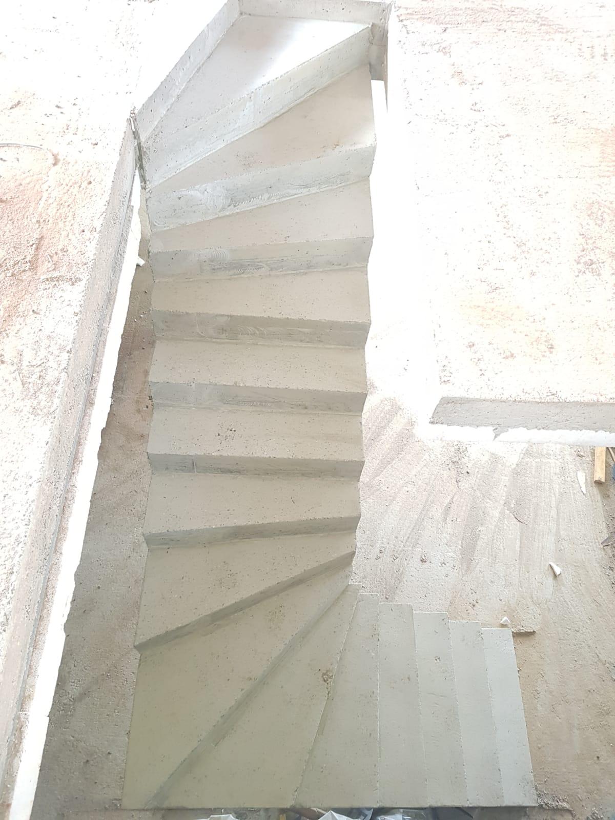 Dessus d'un escalier beton en forme de S.