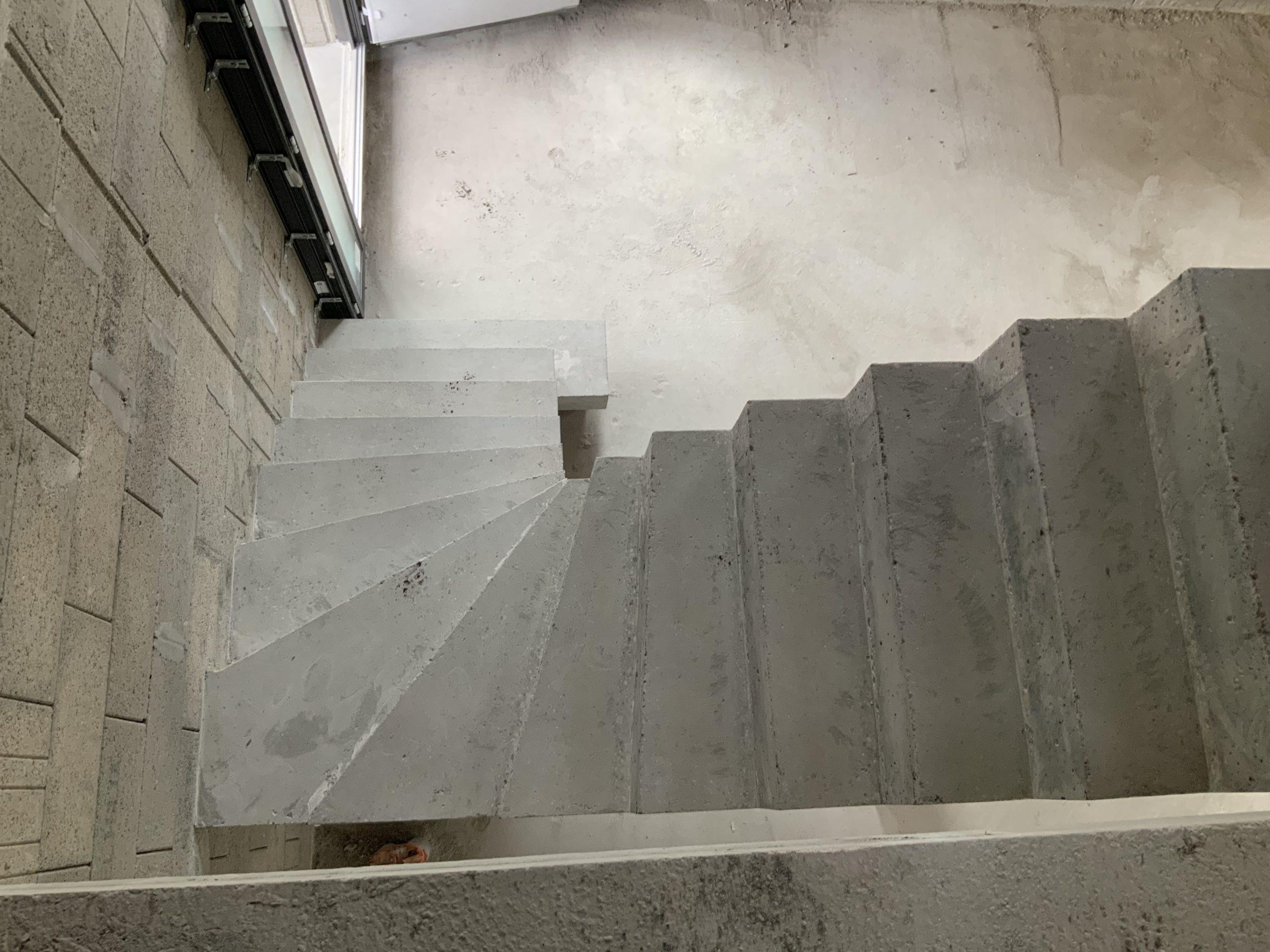 Dessus de l'escalier beton