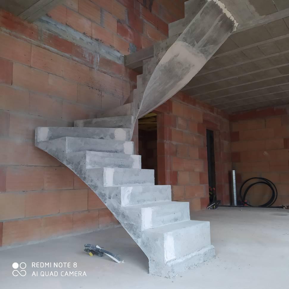 Deux quart balancé d'un escalier en béton