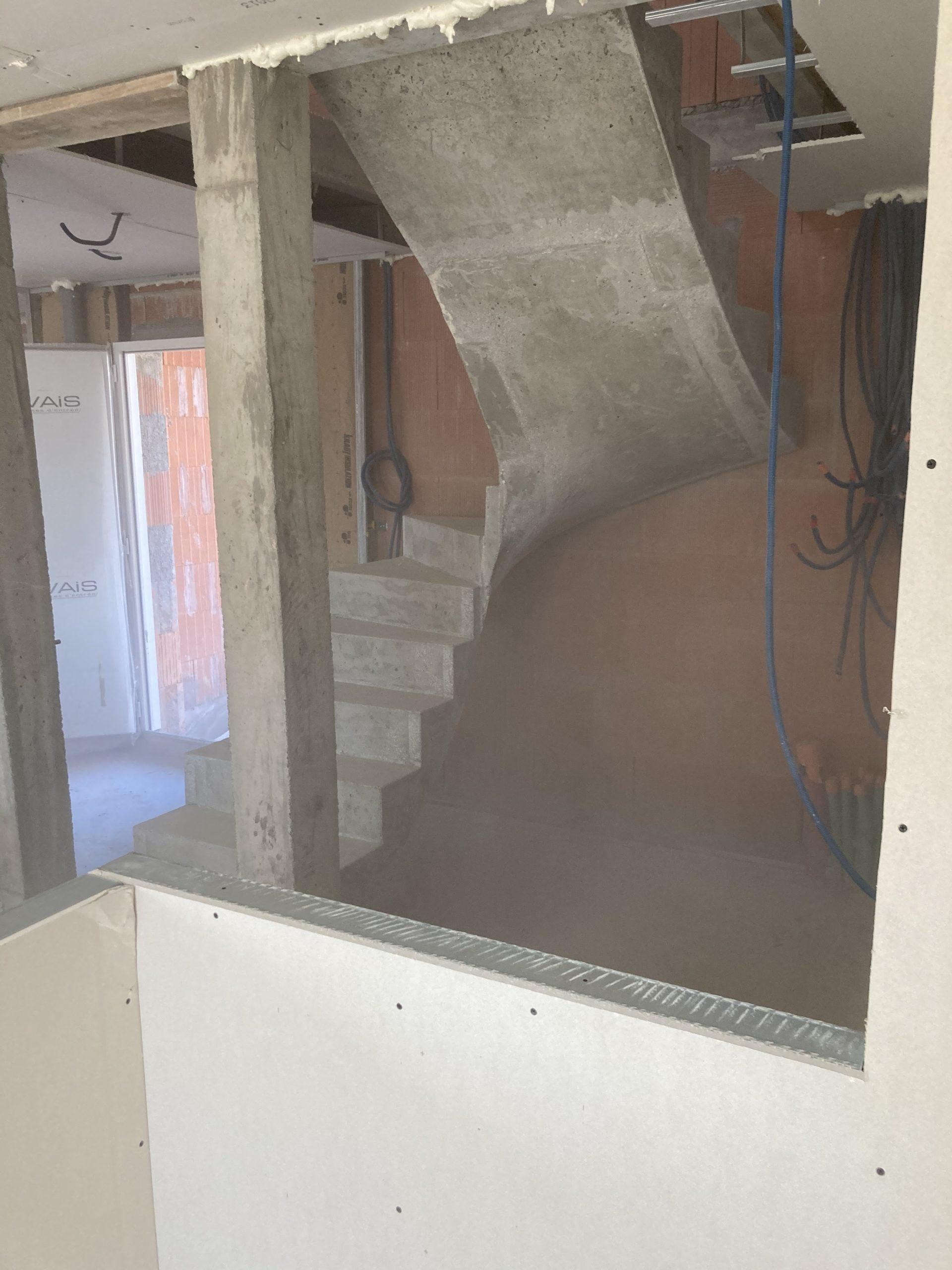 deux volées balancées d'un escalier à paillasse dans une maison en construction