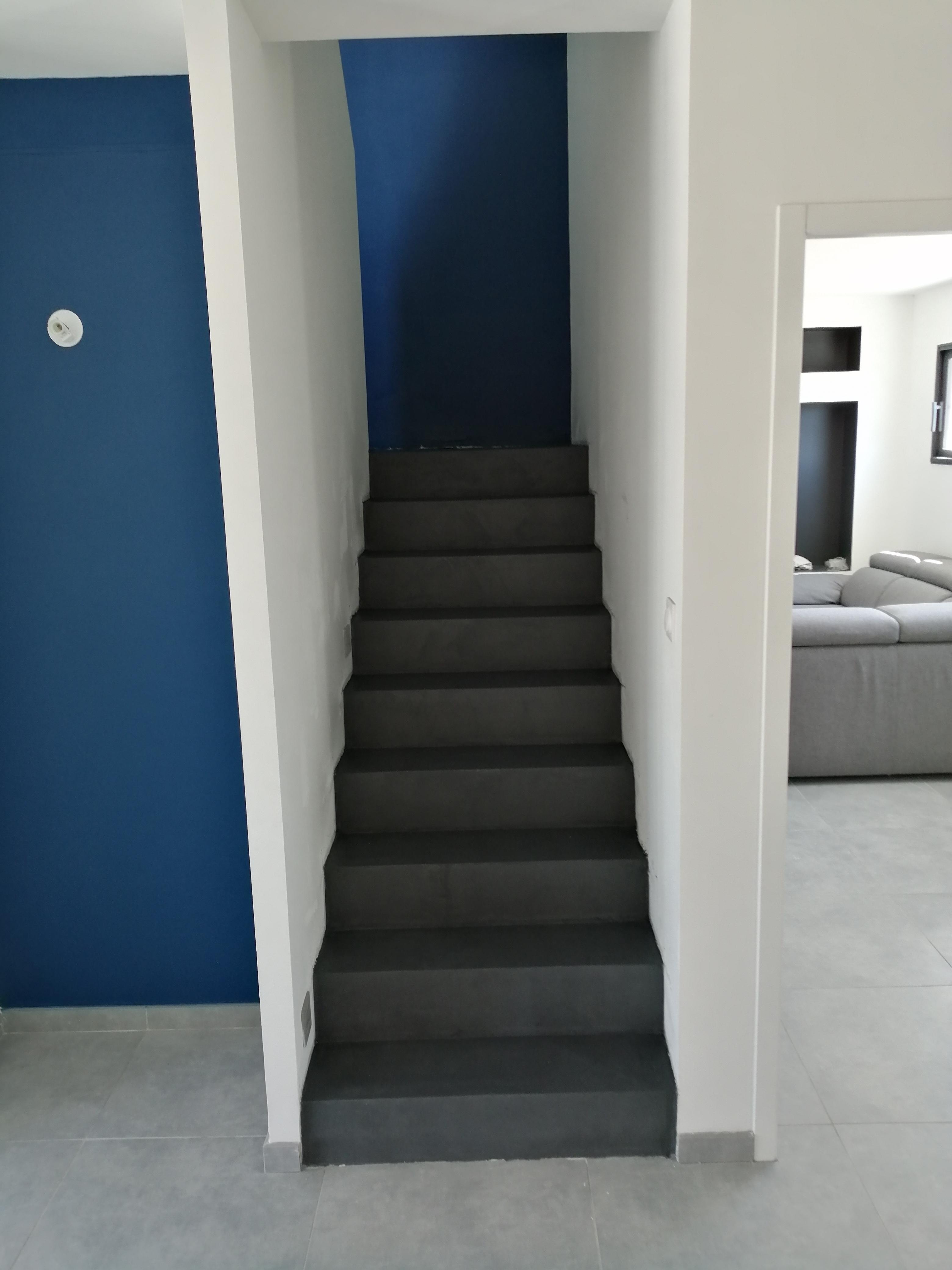 elégant escalier à paillasse avec palier intermédiaire en béton ciré vernis mat couleur alchimie à Montpellier dans l herault en Languedoc  pour un particulier